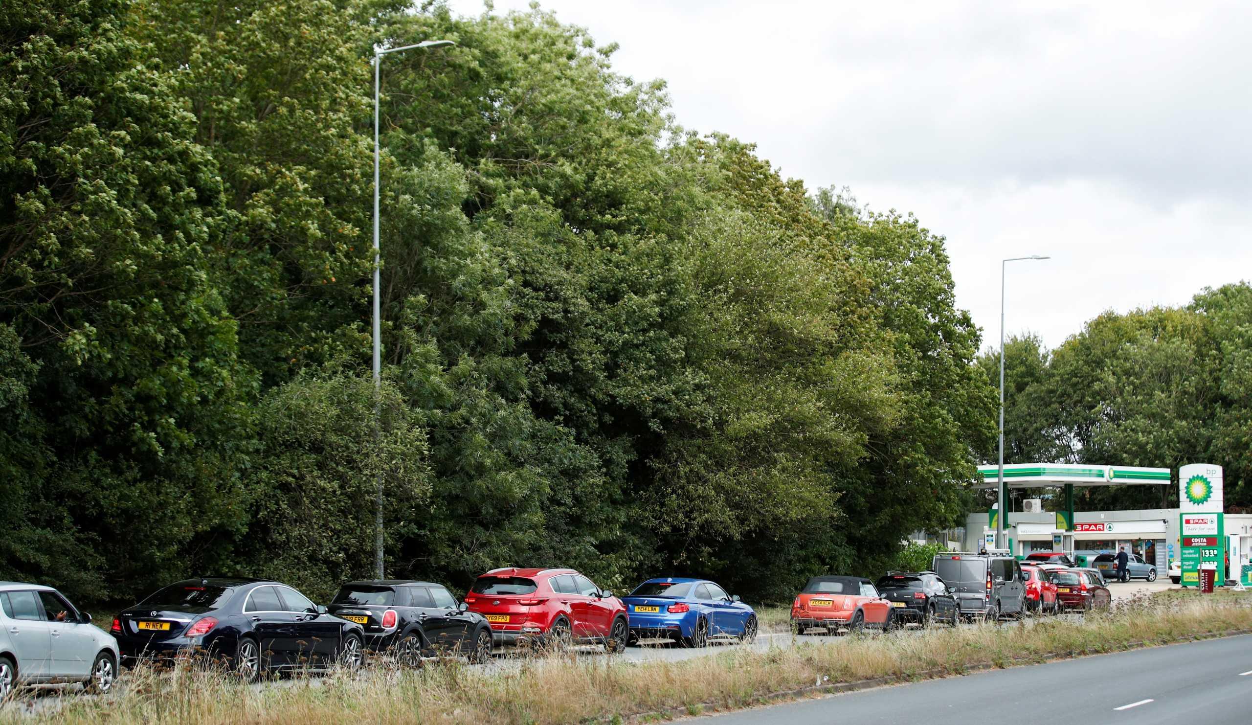 Βρετανία – καύσιμα: Ουρές χιλιομέτρων και πάλι σήμερα στα βενζινάδικα του Λονδίνου