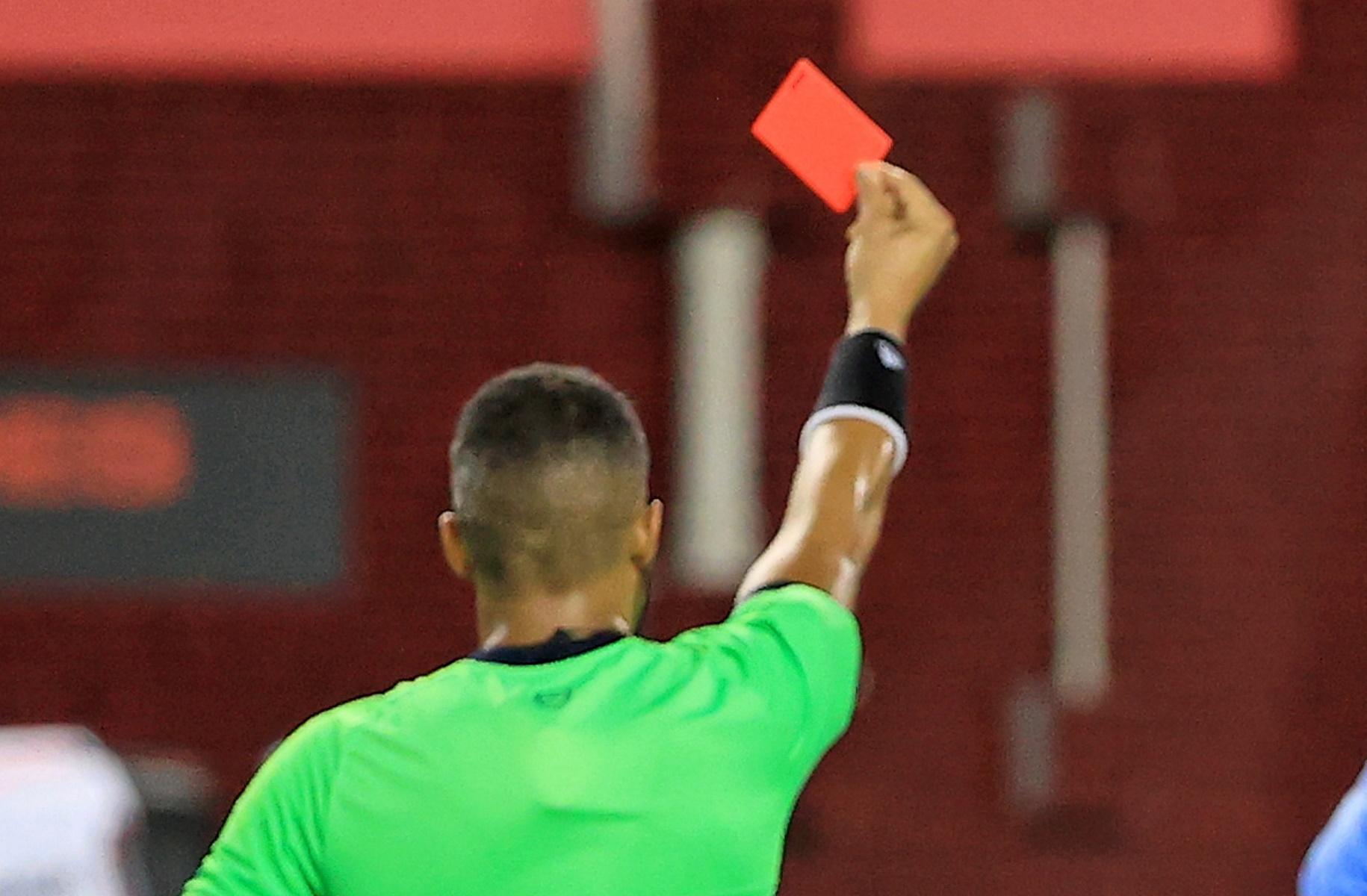 Η κόκκινη κάρτα «προκάλεσε» αντιαθλητικό χτύπημα και αποκλεισμό 48 αγωνιστικών