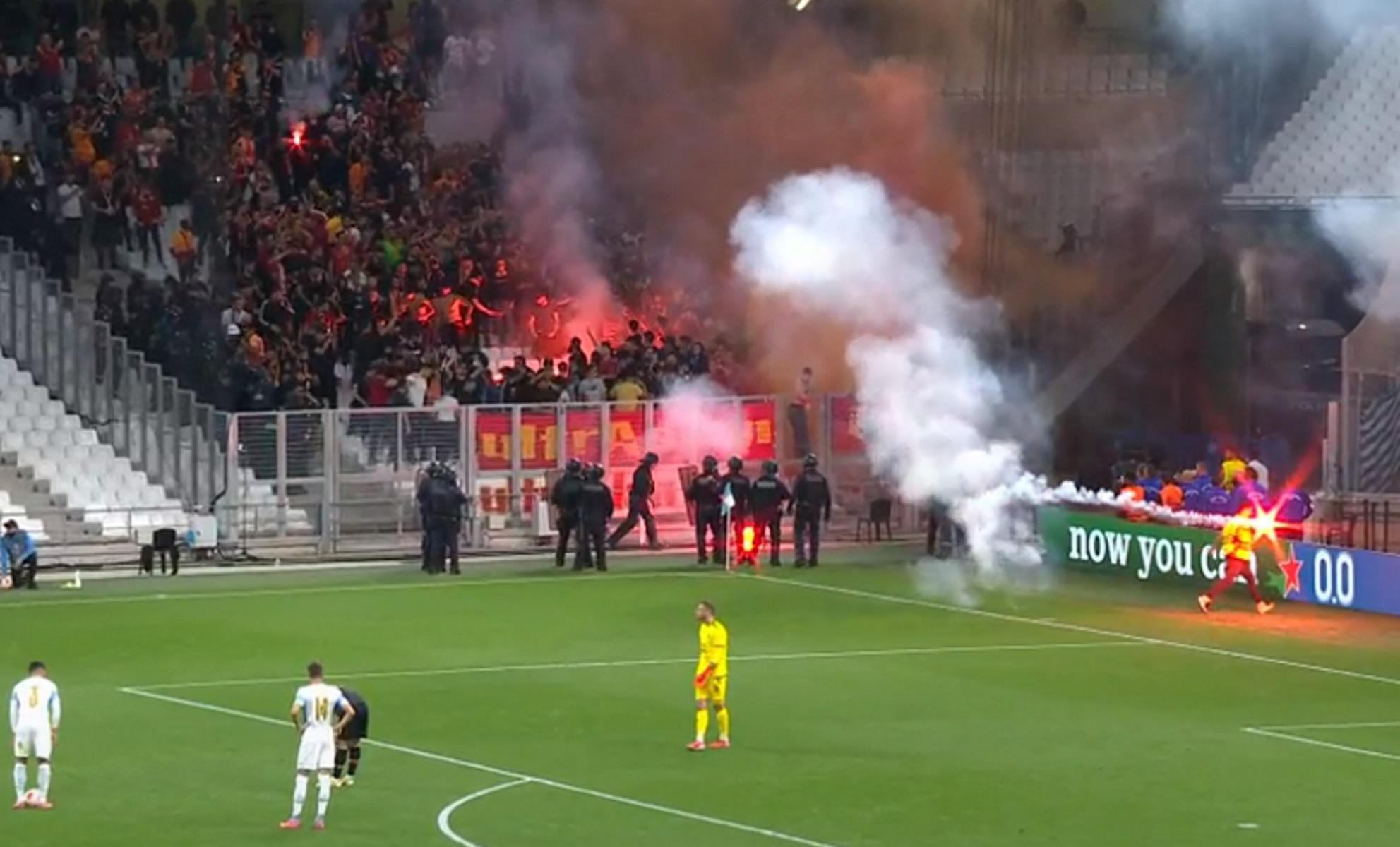 Μαρσέιγ – Γαλατάσαραϊ: Επεισόδια στις εξέδρες και προσωρινή διακοπή στην αναμέτρηση του Europa League