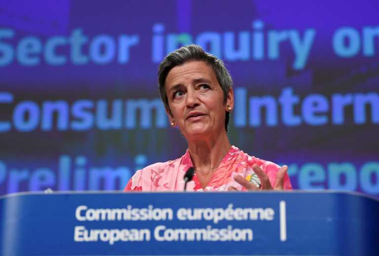 Η Πρόεδρος της Κομισιόν μίλαγε και η Ευρωπαία Επίτροπος Μαργκρέτε Βεστάγκερ… έπλεκε