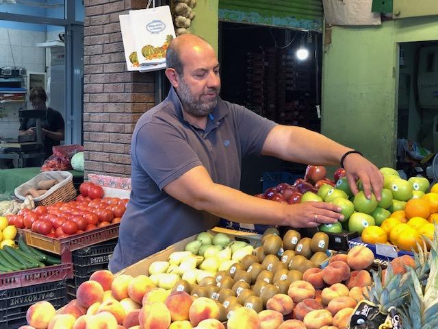 Θεσσαλονίκη: Φρούτα και λαχανικά σε άπορους – «Η δική μου ανταμοιβή είναι ένα χαμόγελο ευχαρίστησης»