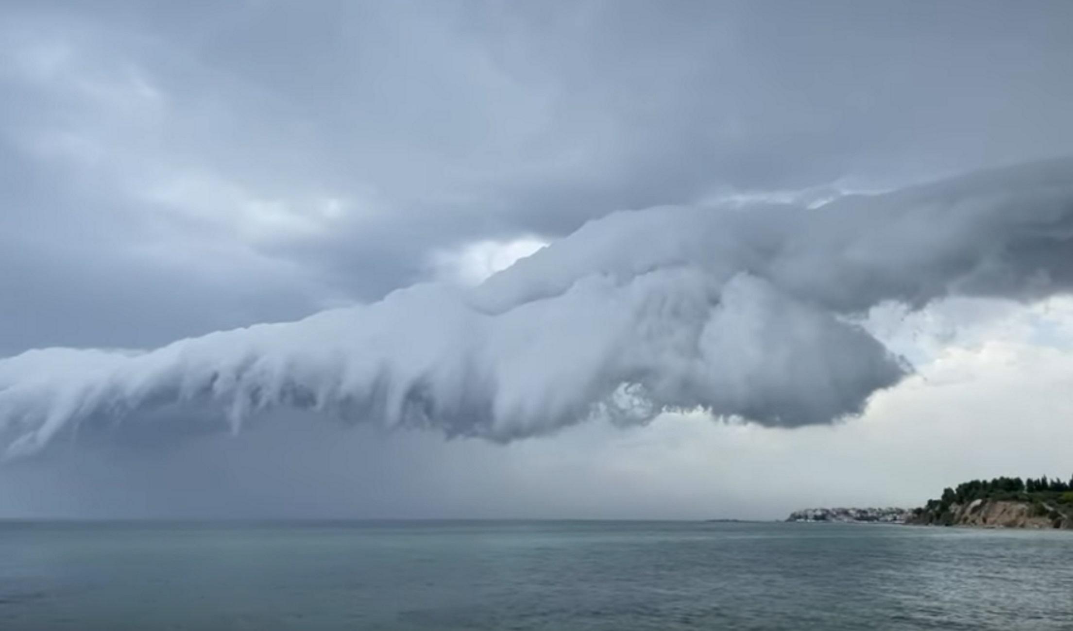Θεσσαλονίκη: Δυνατό μπουρίνι με τα σύννεφα να κάνουν «βουτιά» στη θάλασσα – Το βίντεο της ημέρας