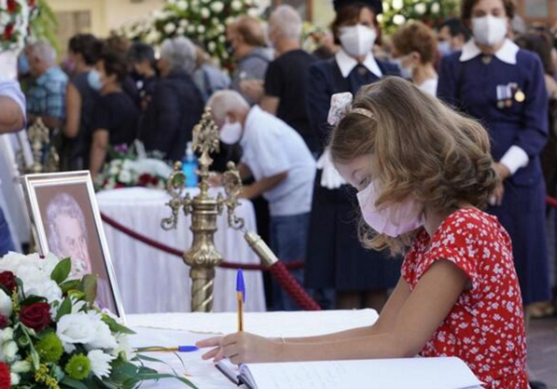 Κηδεία Μίκη Θεοδωράκη: Το μικρό κορίτσι που συγκίνησε τους πάντες με τις λέξεις στο βιβλίο συλλυπητηρίων
