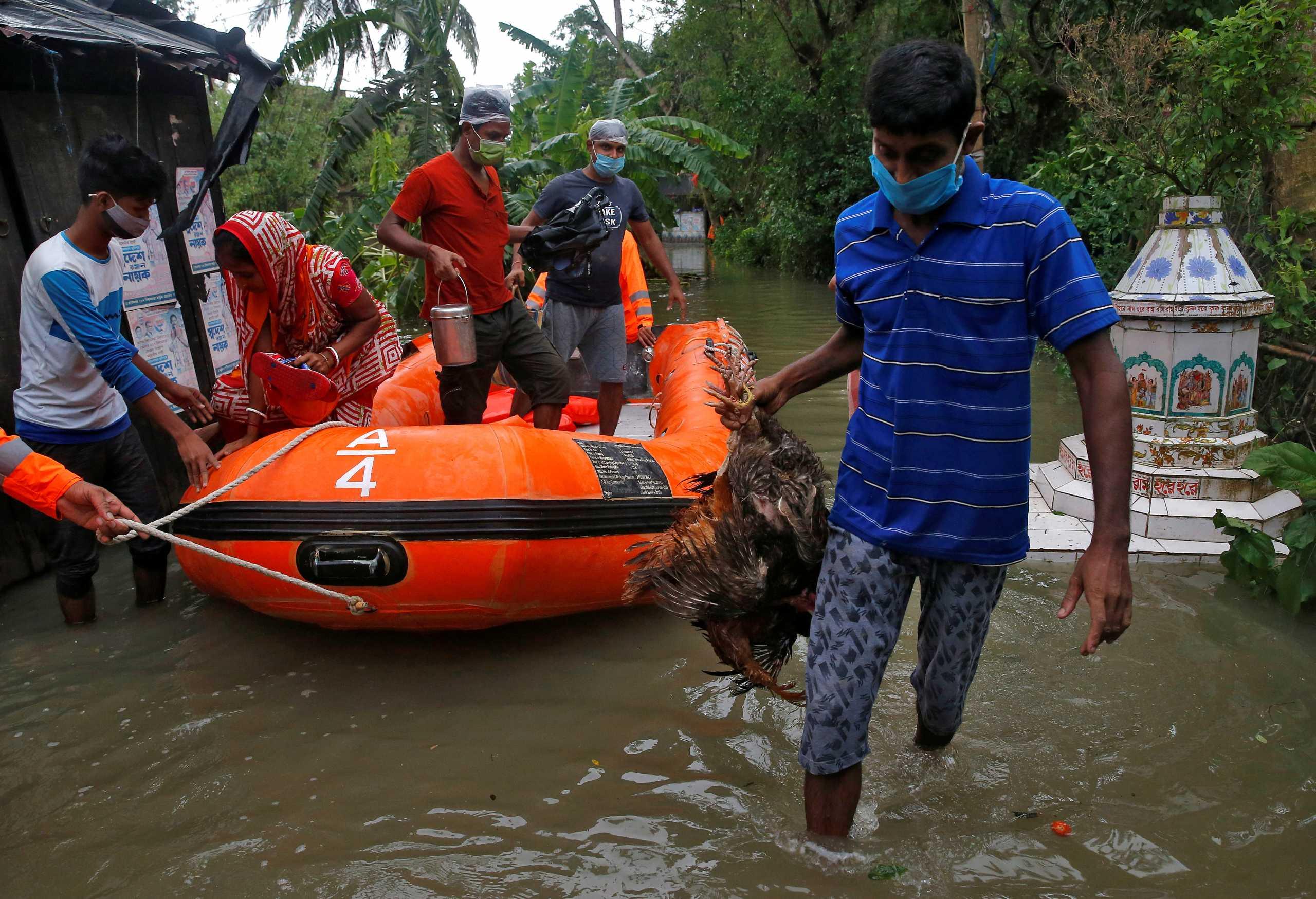 Ινδία: Χιλιάδες άνθρωποι απομακρύνθηκαν από τα σπίτια τους περιμένοντας τον κυκλώνα Γκούλαμπ