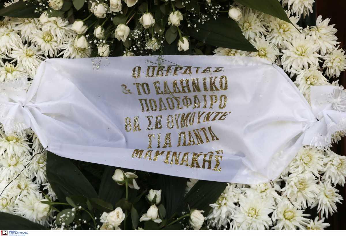 Κηδεία Γιάννη Ματζουράνη: Με μπλε τριαντάφυλλα και την σημαία του Εθνικού το «αντίο» στον «Εθνικάρα»