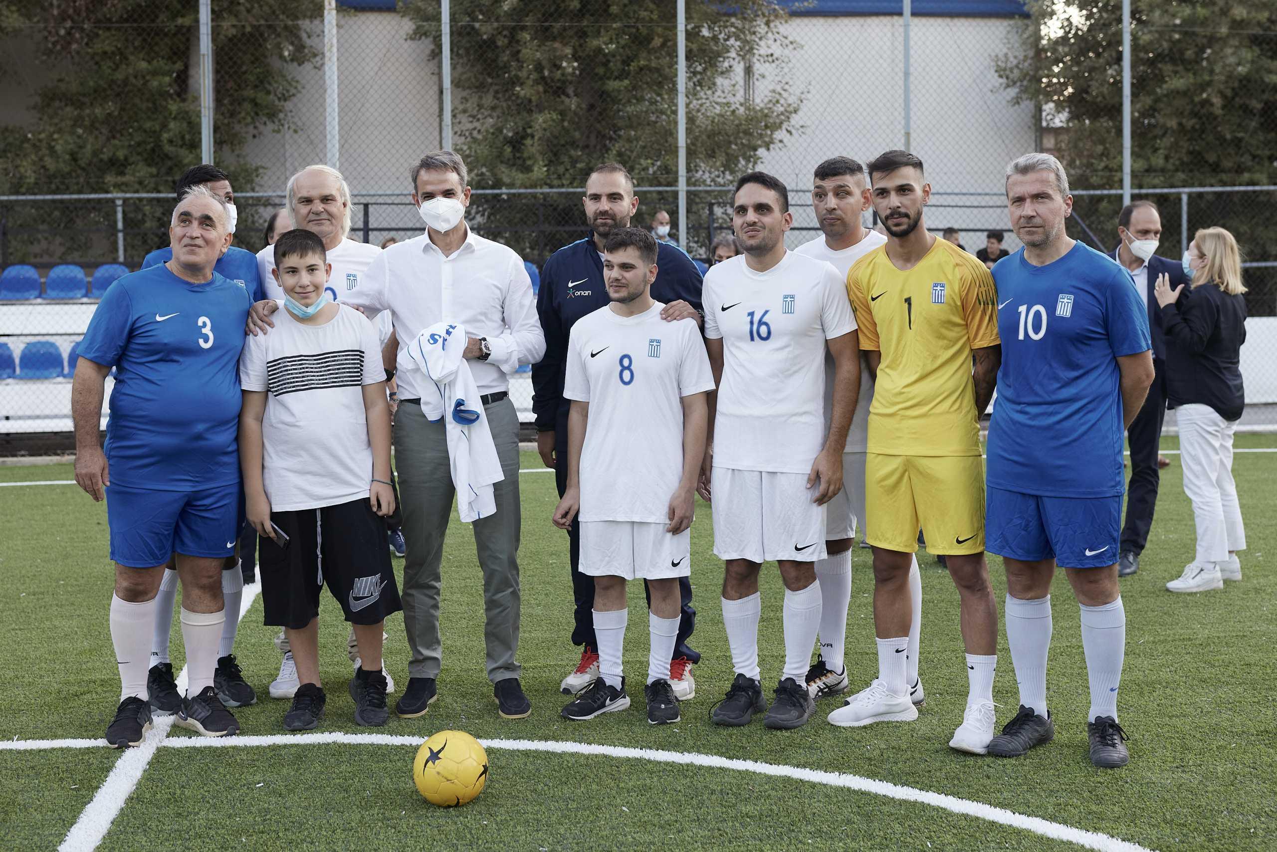 Ο Κυριάκος Μητσοτάκης στην προπόνηση της Εθνικής Ποδοσφαίρου Τυφλών στη Μίκρα