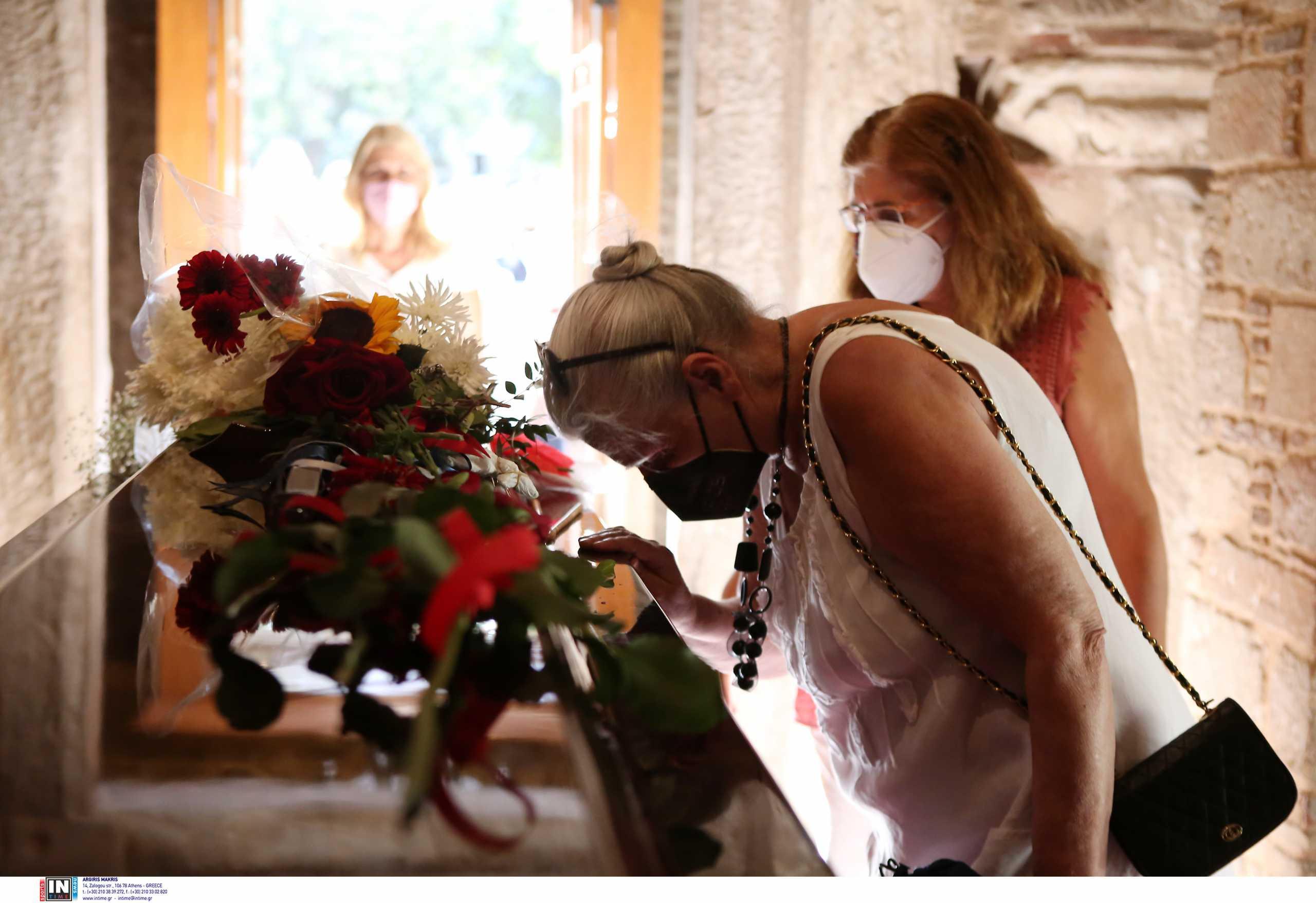 Μίκης Θεοδωράκης – λαϊκό προσκύνημα: Λουλούδια, τραγούδια και «Ζορμπάς» την πρώτη μέρα