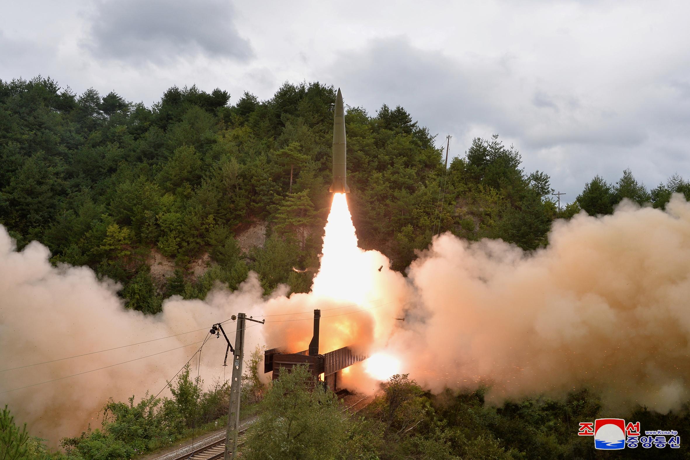 Λύθηκε το «μυστήριο»: Η Βόρεια Κορέα εκτόξευσε βαλλιστικούς πυραύλους μέσα από… τρένο