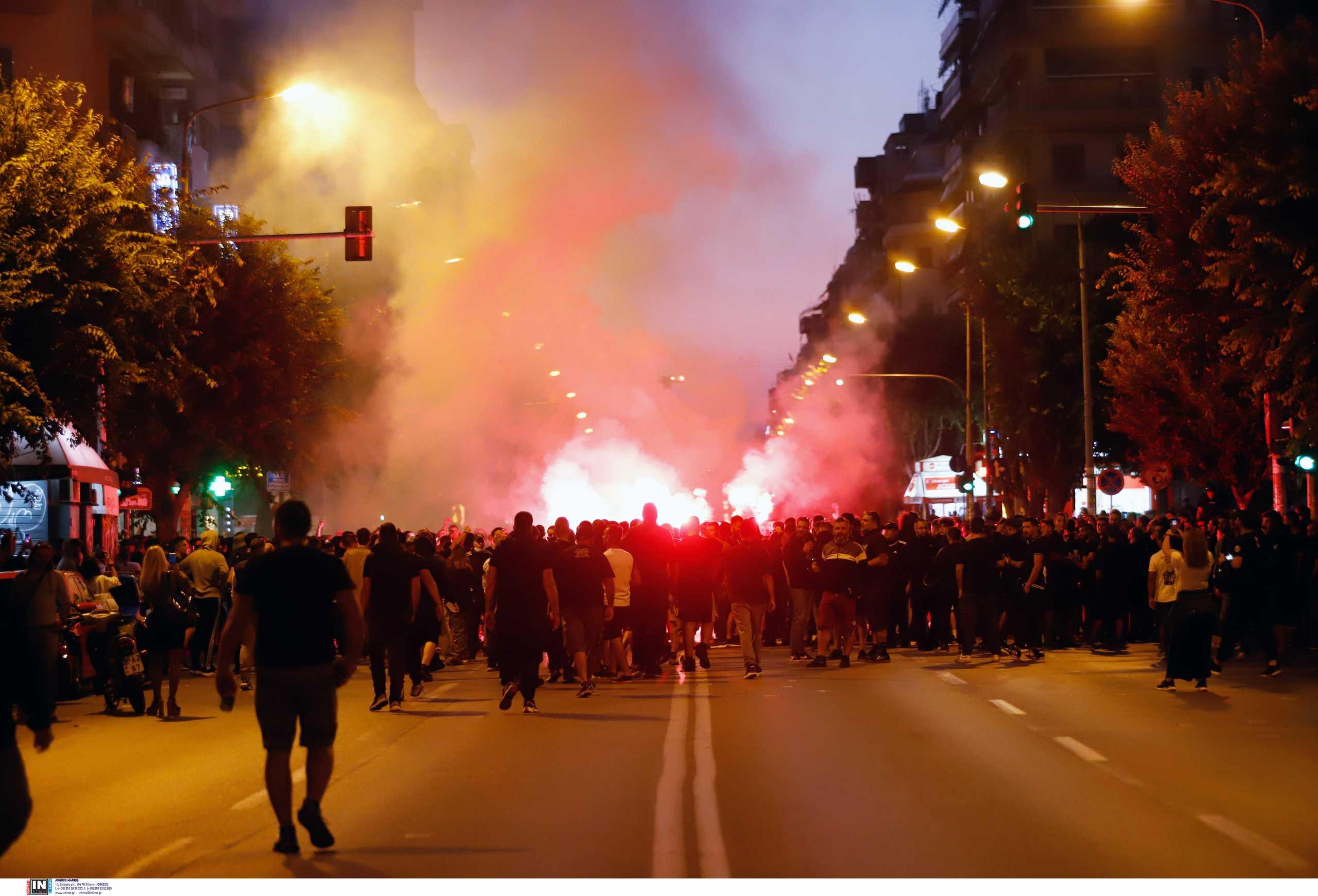 ΠΑΟΚ: Ένταση οπαδών και ΜΑΤ στην πορεία διαμαρτυρίας για τα νέα μέτρα στα γήπεδα