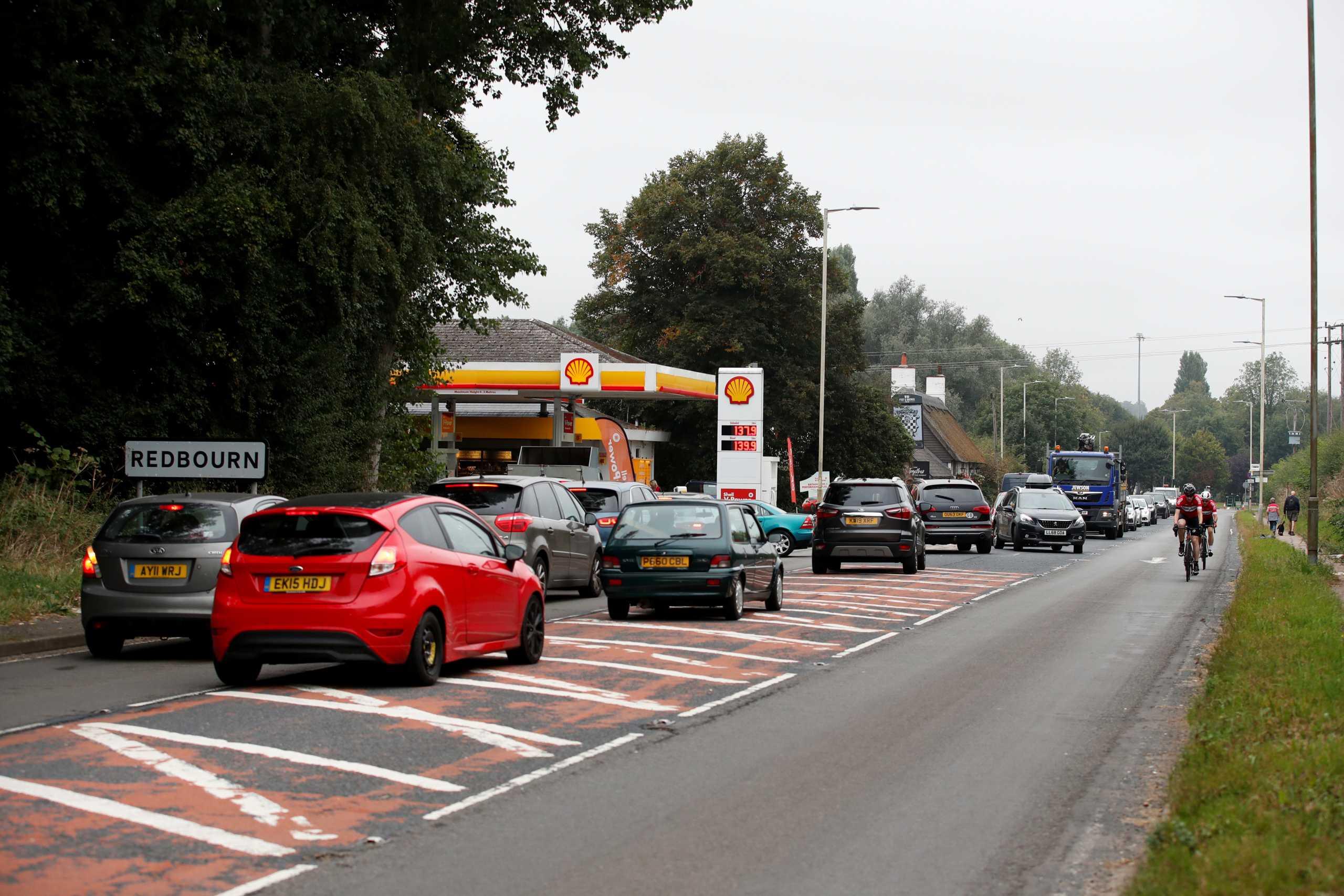 Βρετανία: Ο Μπόρις Τζόνσον χορηγεί βίζα σε 5.000 οδηγούς φορτηγών για να γεμίσουν καύσιμα