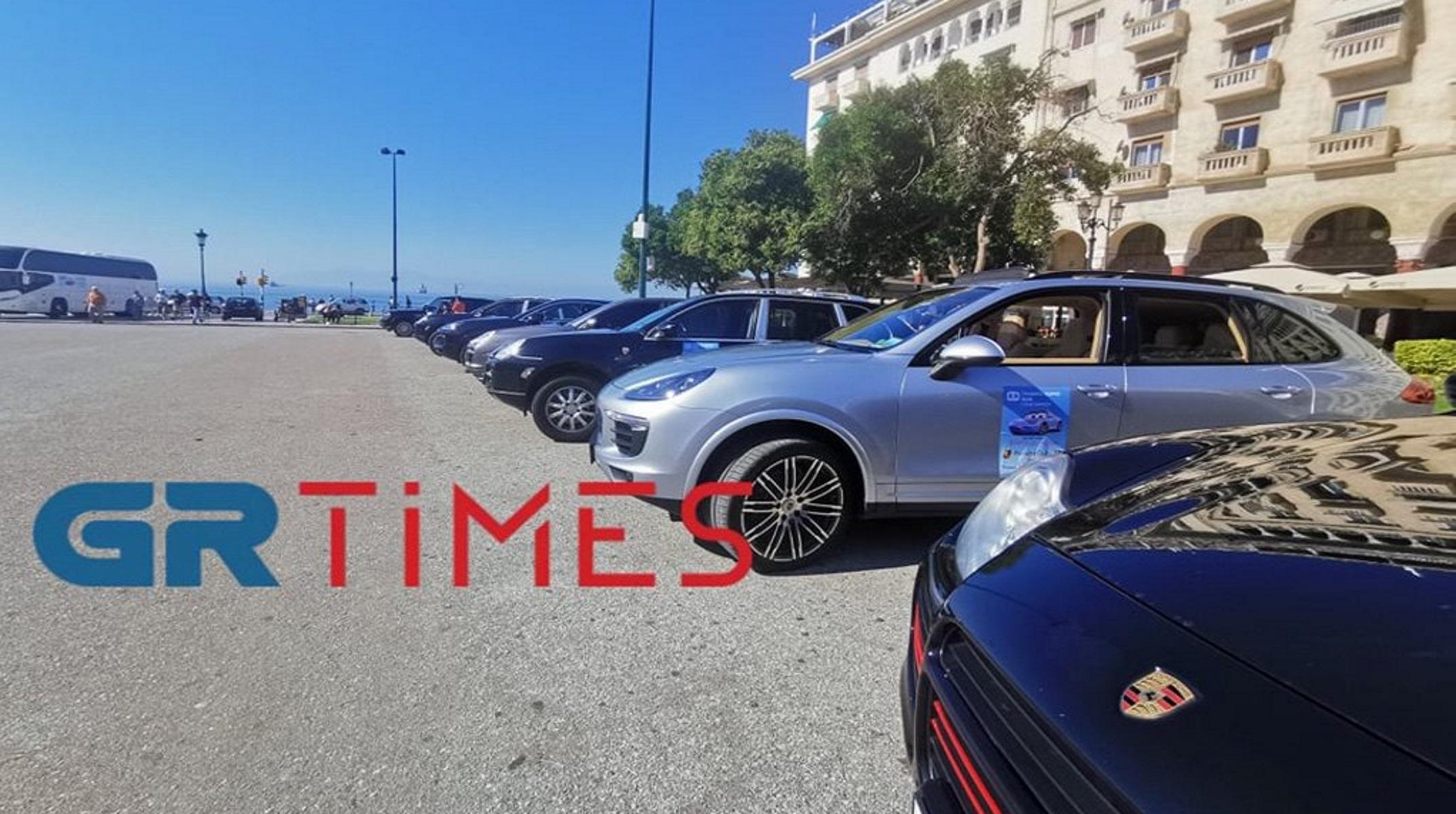 «Παρέλαση» Porsche στην Αριστοτέλους με λιλιπούτειους συνοδηγούς – Δείτε βίντεο