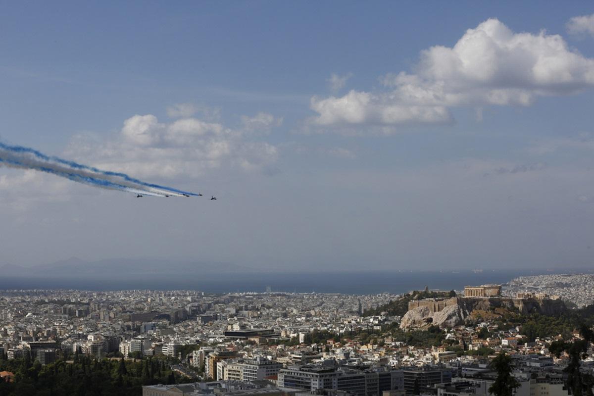 «Ελλάς-Γαλλία-Συμμαχία»: Τα Γαλλικά αεροσκάφη στα χρώματα της γαλανόλευκης πάνω από την Ακρόπολη