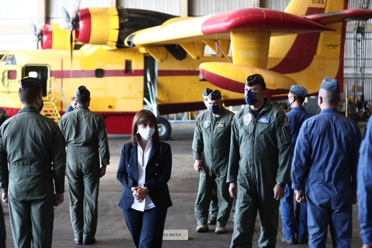 Η Πρόεδρος της Δημοκρατίας στη 355 Μοίρα των Canadair – Μνημόνευσε έναν έναν τους πεσόντες πιλότους ως φόρο τιμής