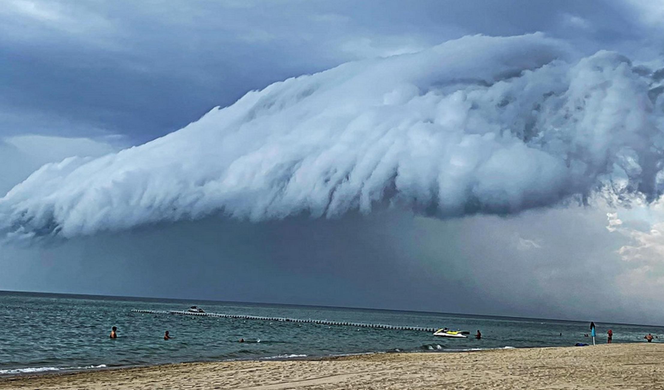 Χαλκιδική: Έκαναν μπάνιο και έβλεπαν αυτό το σύννεφο να «βουτάει» στη θάλασσα πριν την τροπική καταιγίδα