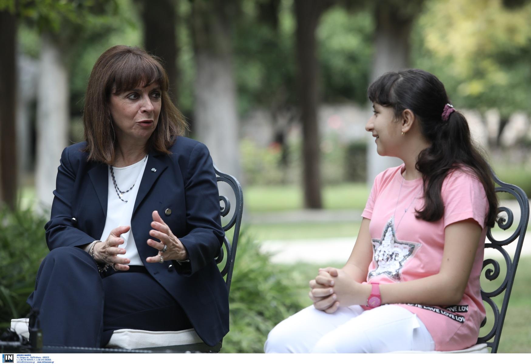 Η Κατερίνα Σακελλαροπούλου υποδέχτηκε τη 12χρονη Αρεζού από το Αφγανιστάν