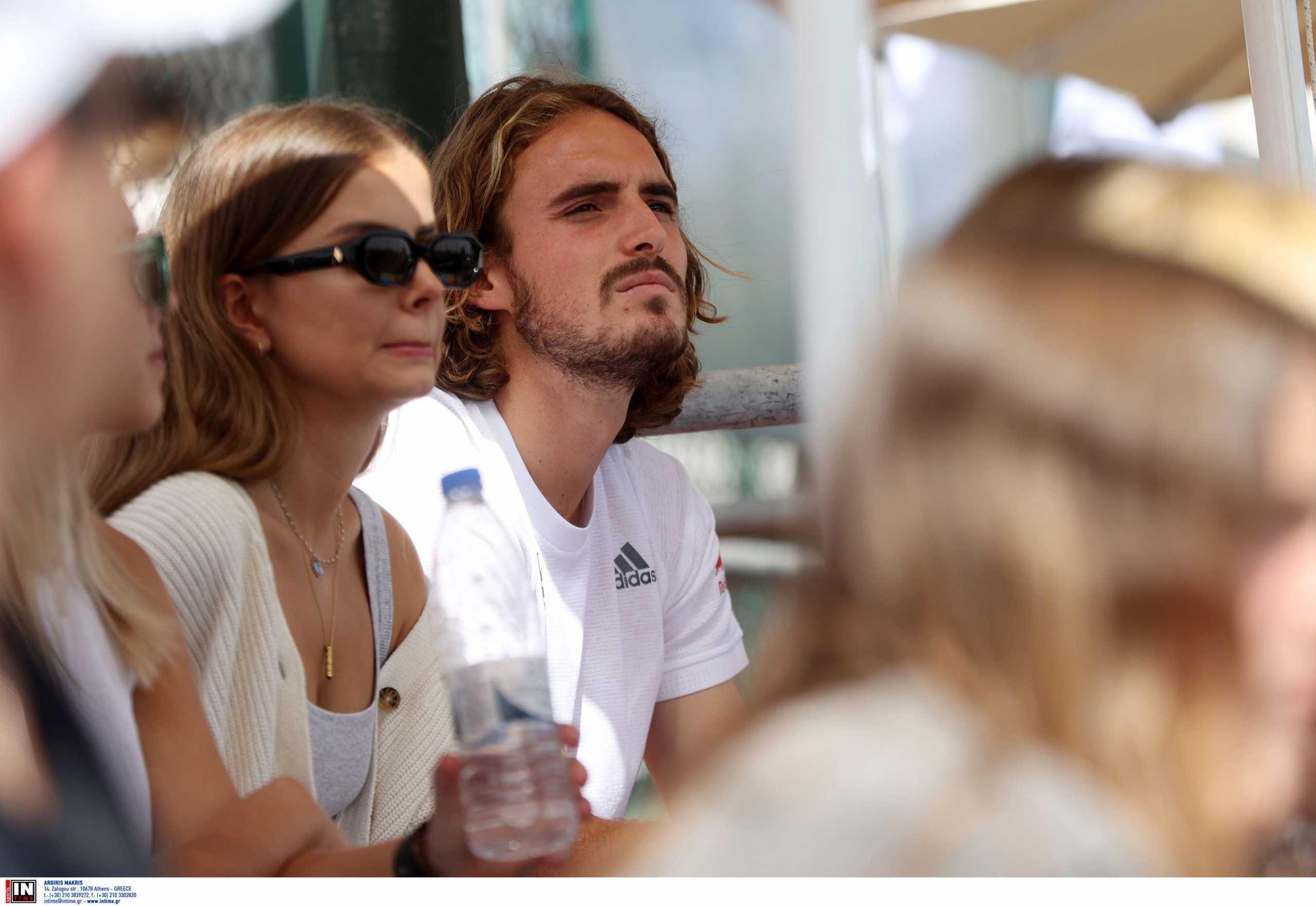 Ο Στέφανος Τσιτσιπάς παρακολουθεί τους αγώνες του Davis Cup μαζί με τη σύντροφό του