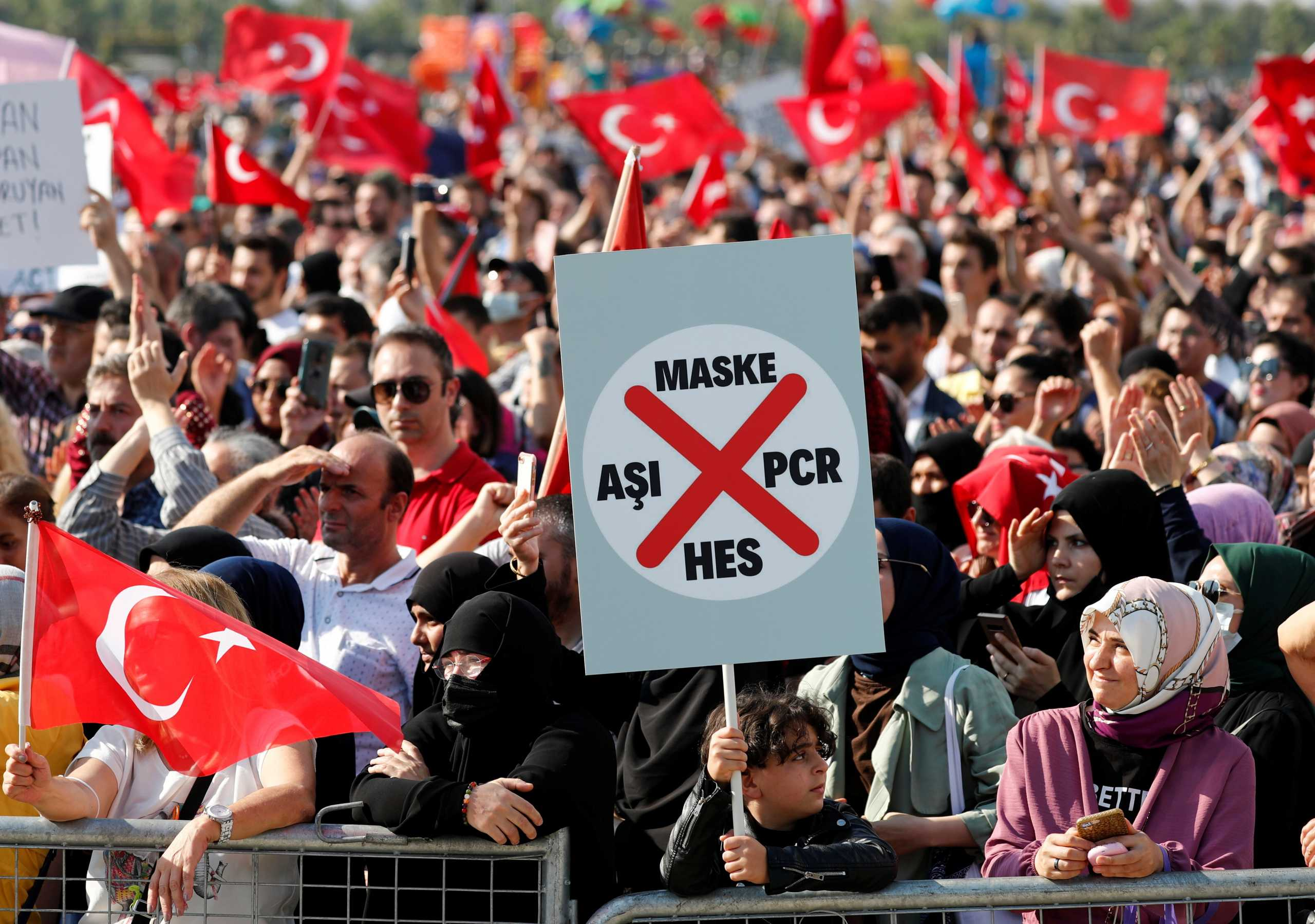 Κορονοϊός – Κωνσταντινούπολη: Χιλιάδες αντιεμβολιαστές στους δρόμους – «Όχι τεστ και μάσκες»