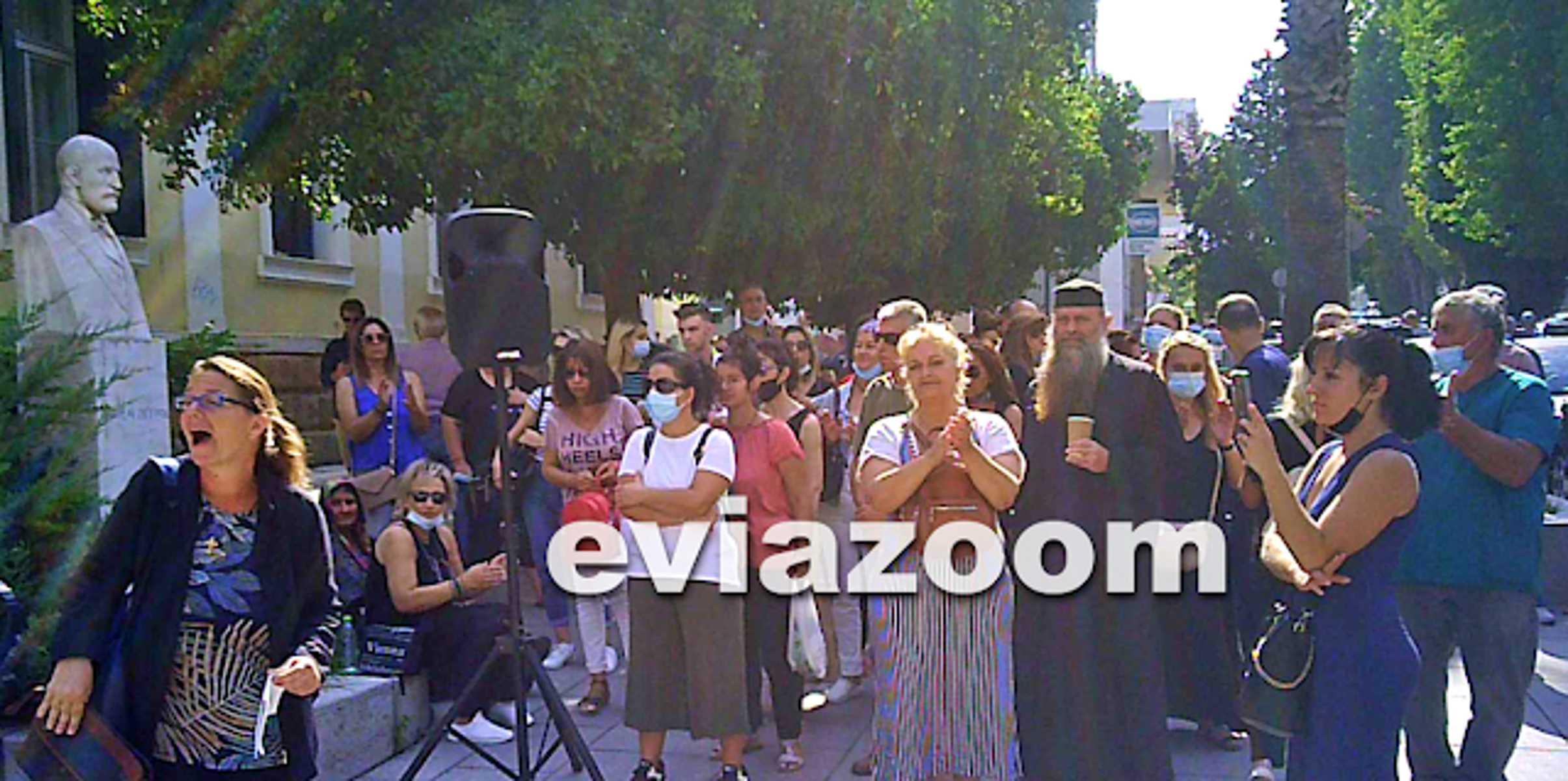 Κορονοϊός – Ανεμβολίαστοι υγειονομικοί και ιερείς διαδήλωσαν στη Χαλκίδα – Δείτε βίντεο