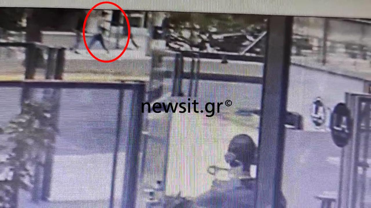 Επίθεση στην Λεωφόρο Αλεξάνδρας: Η στιγμή που οπλίζει ο δράστης – Νέο βίντεο ντοκουμέντο