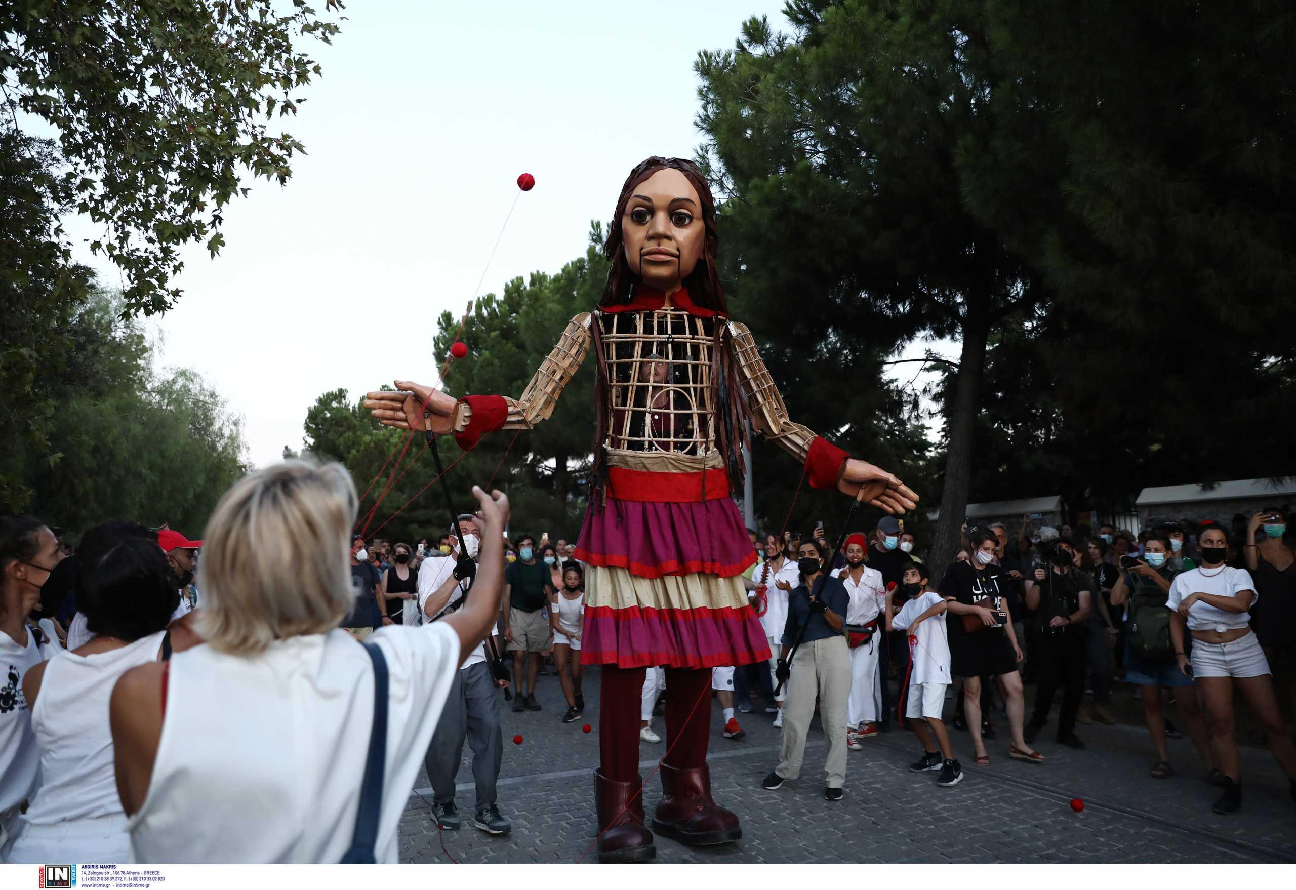 Μικρή Αμάλ: Υπό τους ήχους του «Άσμα Ασμάτων» στους δρόμους της Αθήνας