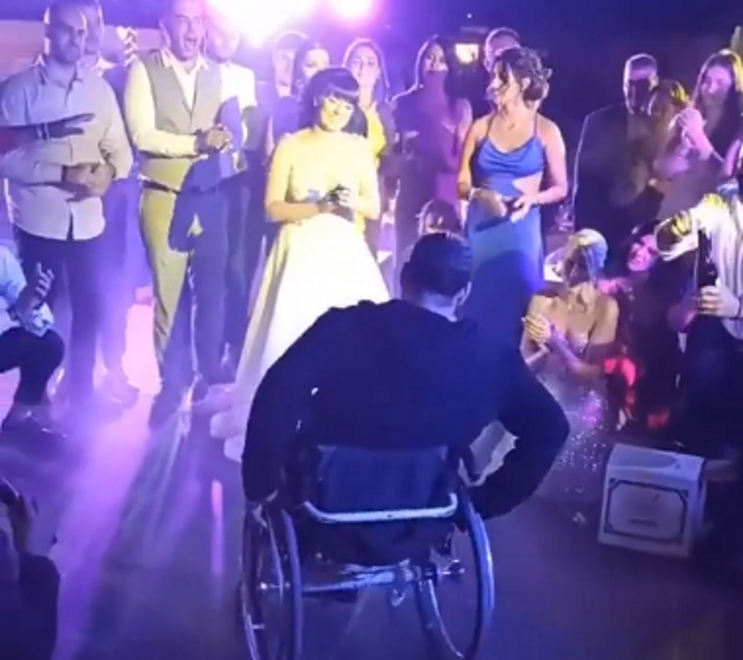Λέσβος: Ζεϊμπέκικο λεβεντιάς σε έναν παραμυθένιο γάμο – Η άγνωστη ιστορία  ζωής πίσω από το βίντεο