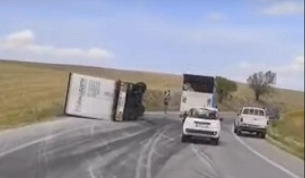 Σοβαρό τροχαίο στον δρόμο Λάρισας – Φαρσάλων: Ανετράπη νταλίκα