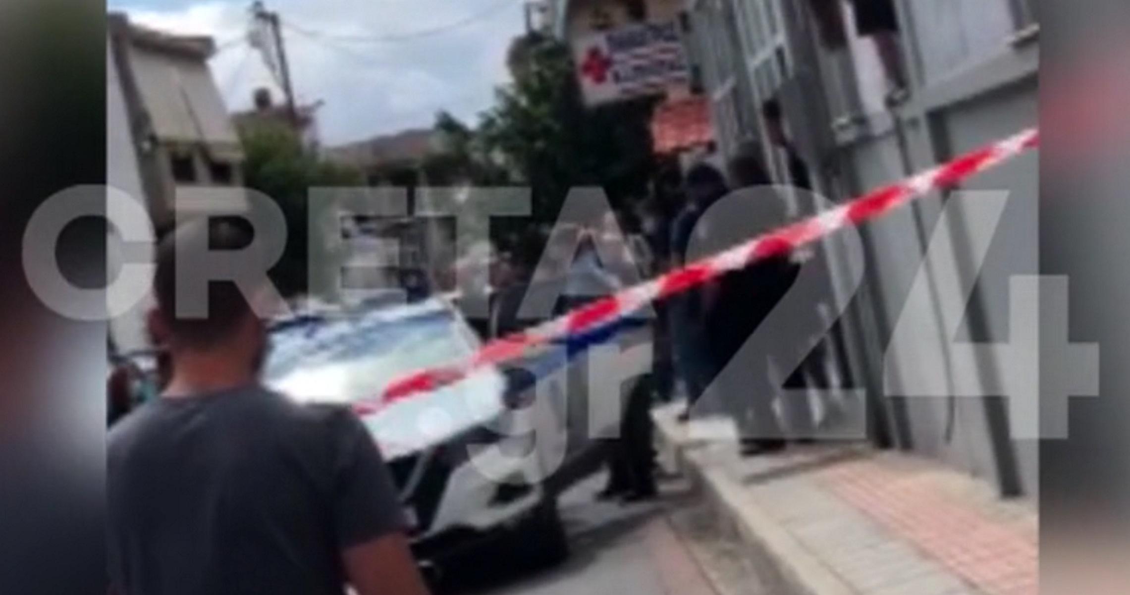 Κορονοϊός – Κρήτη: Συνελήφθη η ανεμβολίαστη φυσικοθεραπεύτρια που κλειδώθηκε στο ΚΑΠΗ