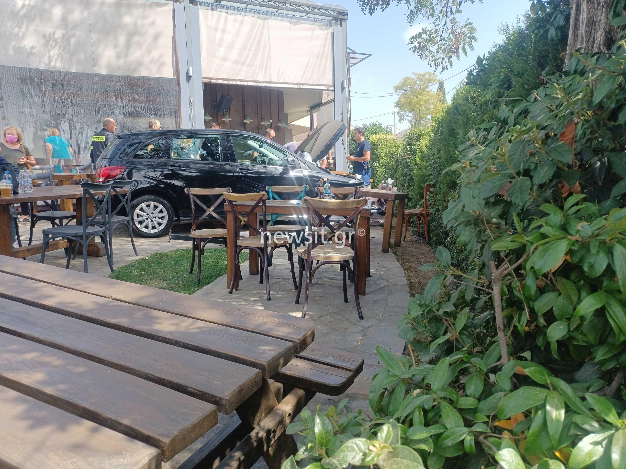 Άνοιξη: Αυτοκίνητο «μπούκαρε» σε καφετέρια και πήρε σβάρνα τα τραπέζια!