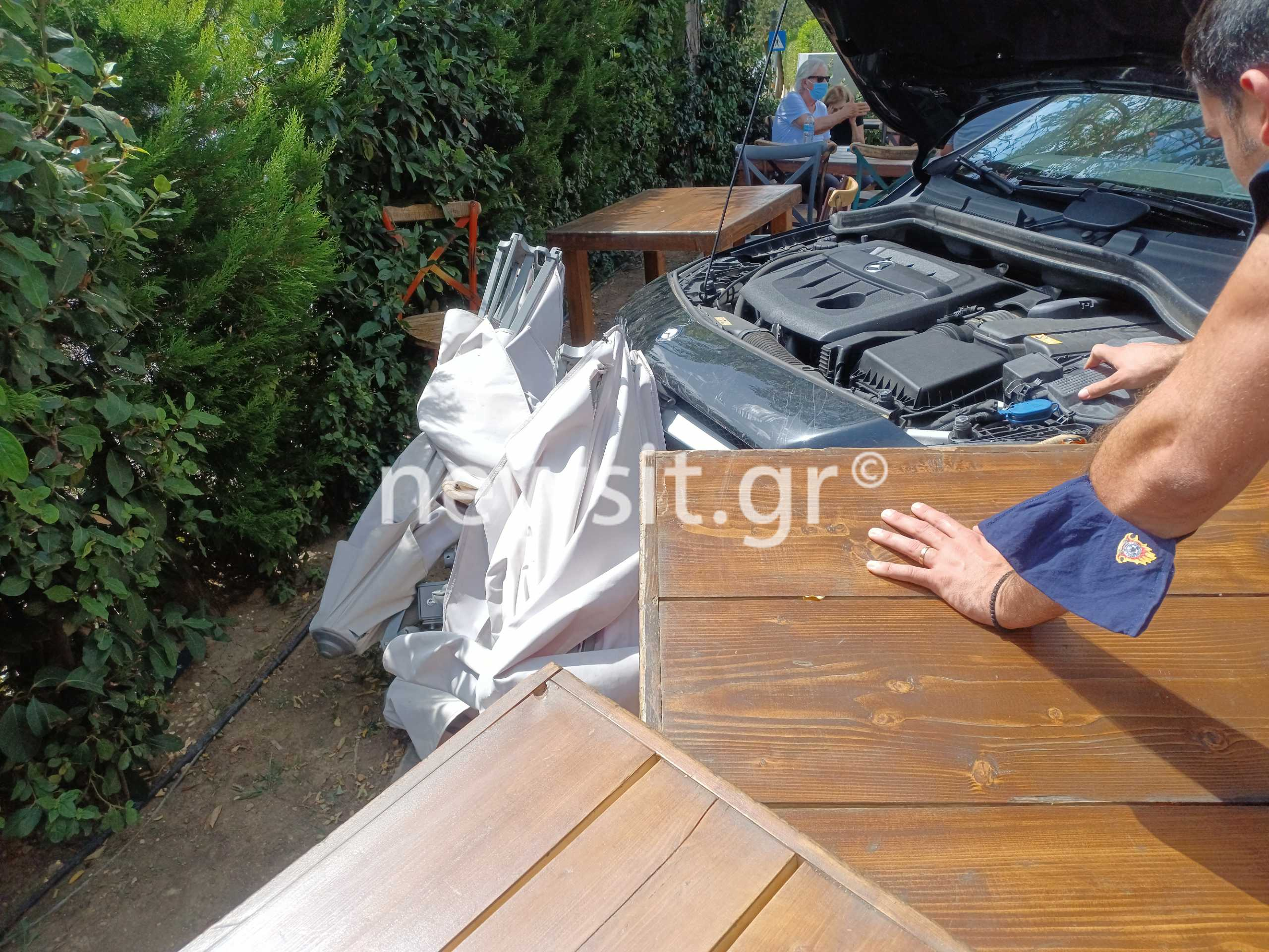Άνοιξη-Πριν Λίγο: Αυτοκίνητο «μπούκαρε» σε καφετέρια και πήρε σβάρνα τα τραπέζια!