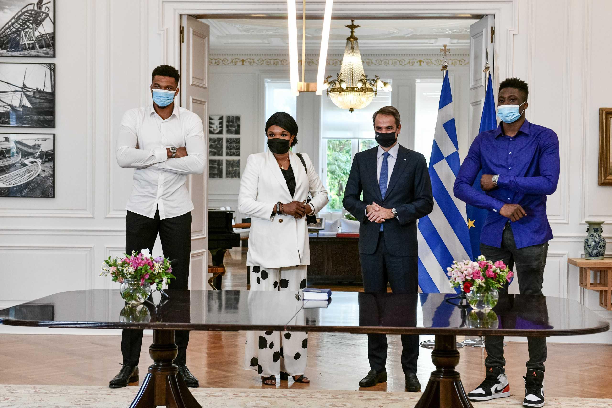 Γιάννης Αντετοκούνμπο στο Μέγαρο Μαξίμου: Έλληνες πολιτογραφήθηκαν η μητέρα κι ο αδερφός του