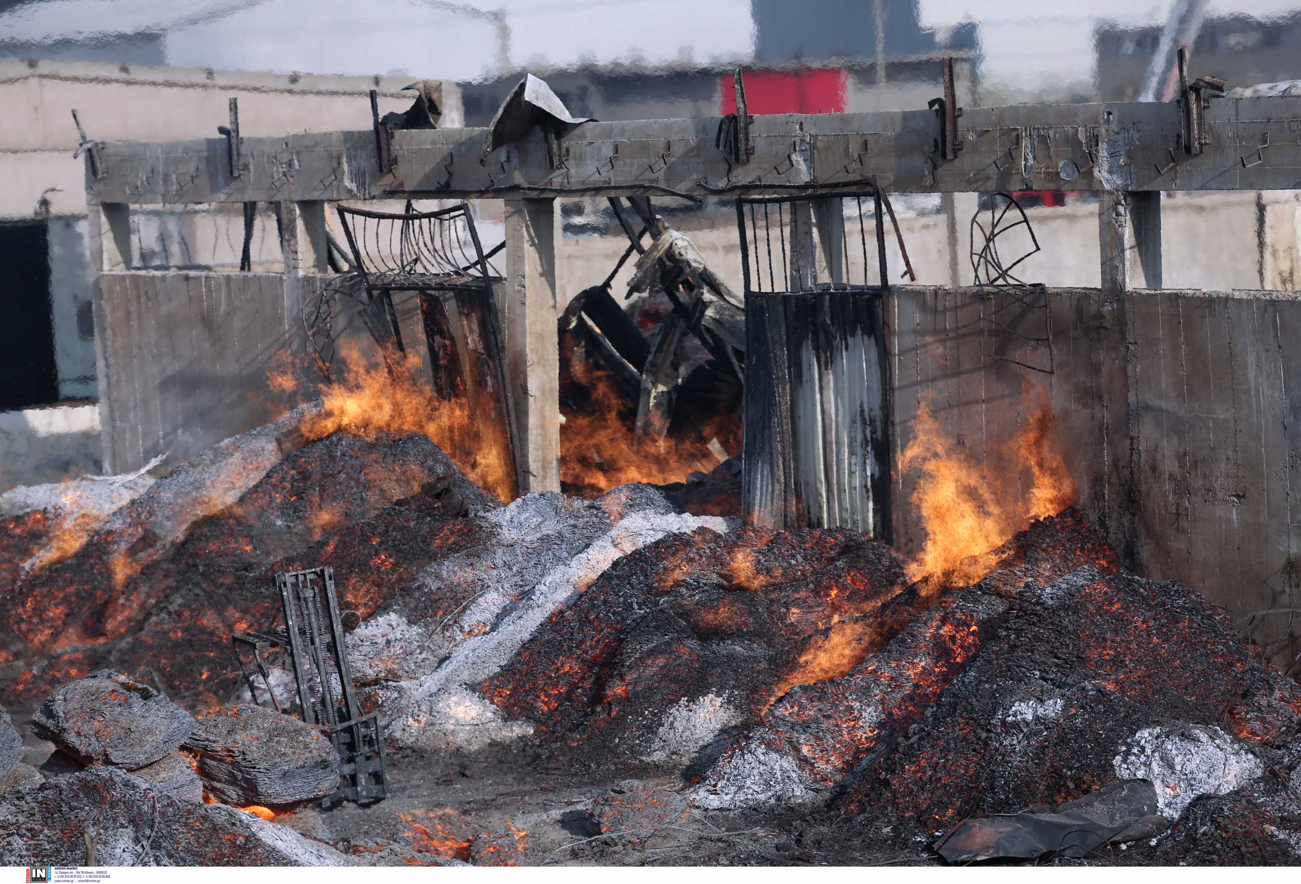 Φωτιά στον Ασπρόπυργο: Οι πρώτες εικόνες από την καταστροφή – Μαίνεται η πυρκαγιά σε εργοστάσιο ξυλείας