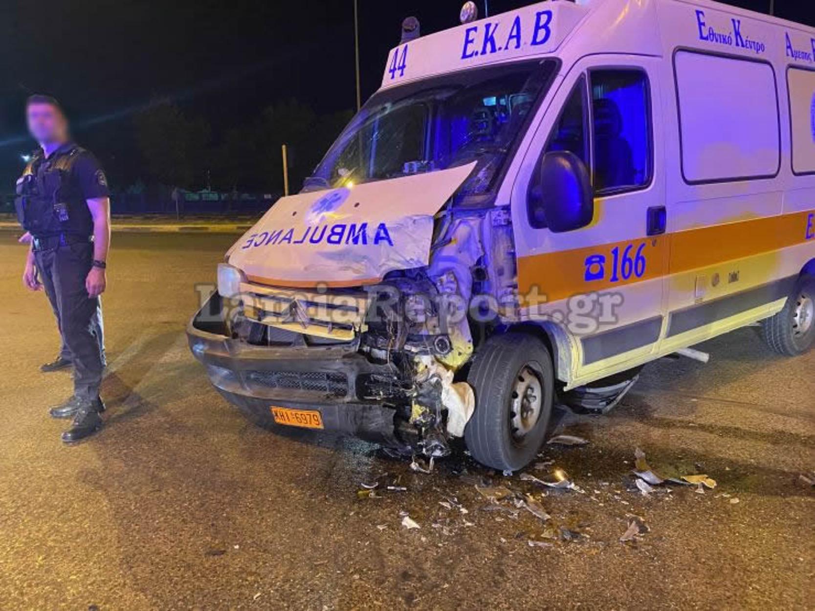 Λαμία: Τροχαίο με σφοδρή σύγκρουση ασθενοφόρου με αυτοκίνητο