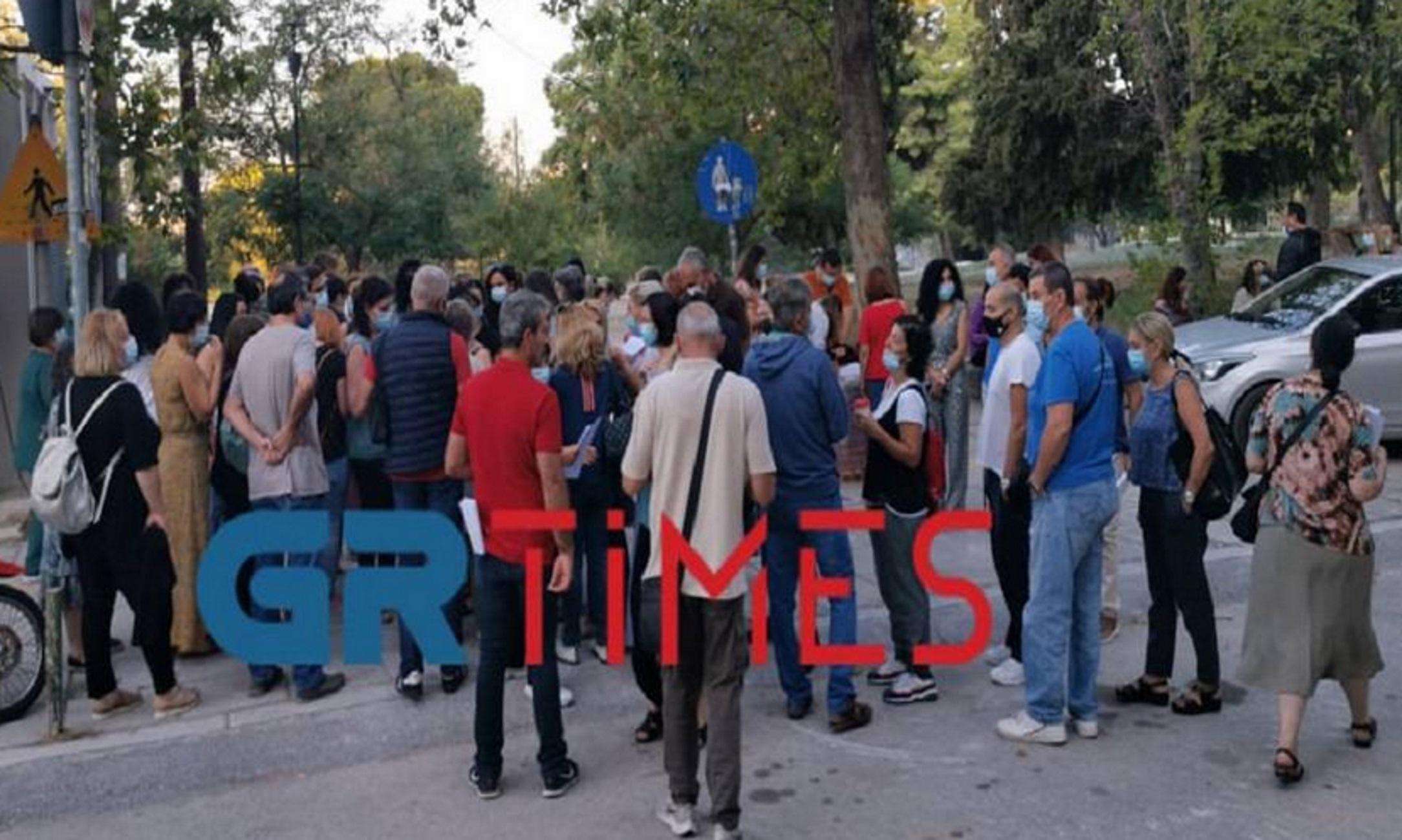 Θεσσαλονίκη: Η στιγμή που οι ανεμβολίαστοι του ΑΧΕΠΑ παίρνουν το χαρτί για την αναστολή εργασίας