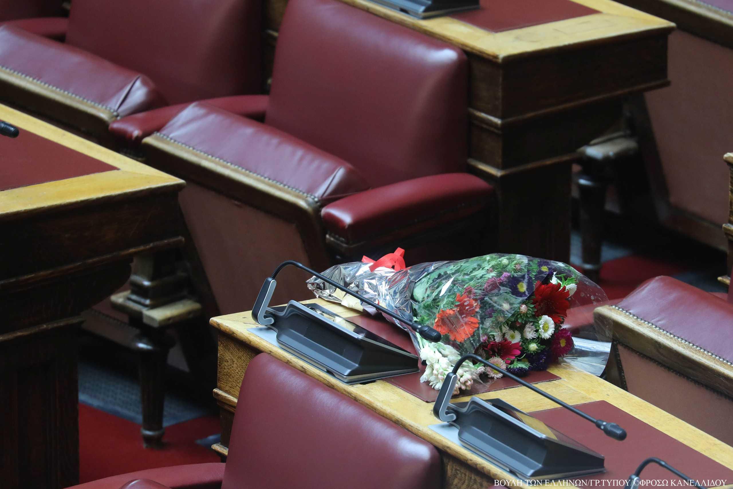 Μια ανθοδέσμη για τον Παύλο Μπακογιάννη στη Βουλή
