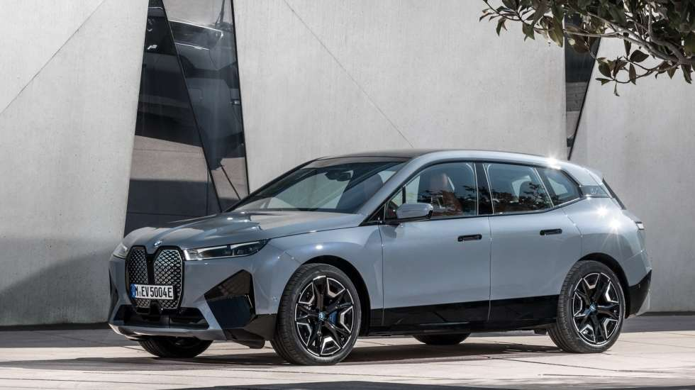 BMW iX παρκάρει, πλένεται και φορτίζει μόνη της! (video)