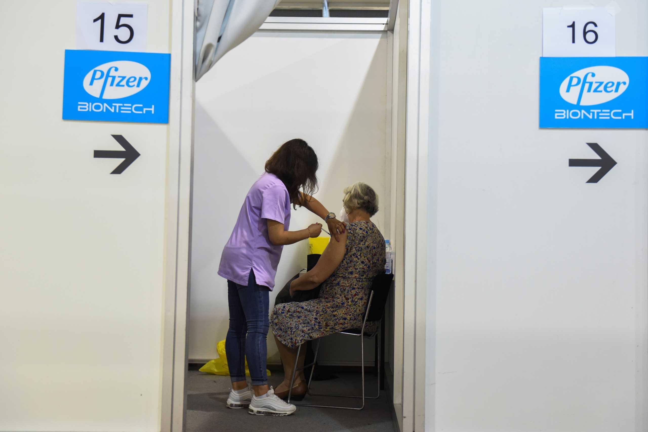 Τρίτη δόση εμβολίου: Προσωρινό «φρένο» της Επιτροπής Εμβολιασμών στους άνω των 60 ετών