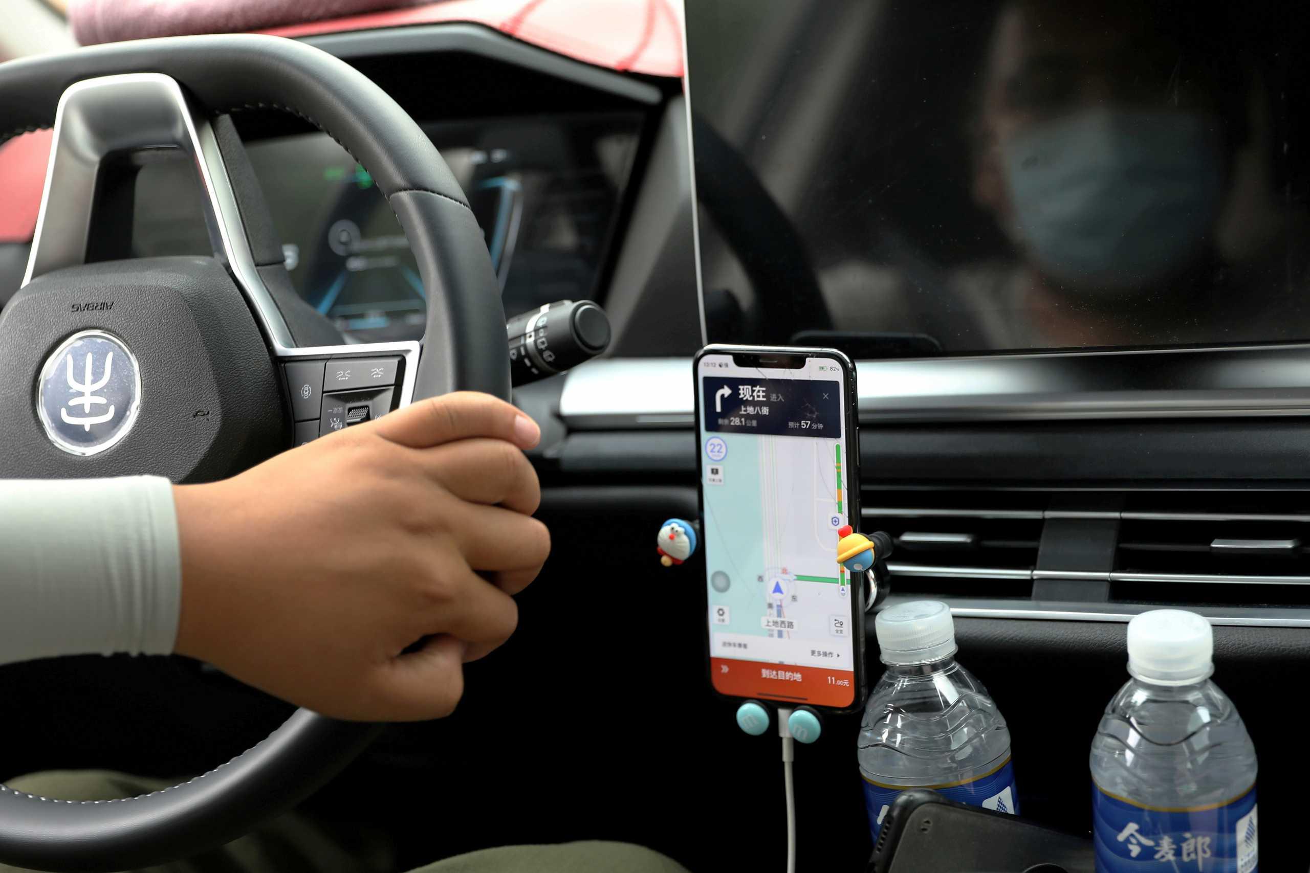 Η τεχνολογία αποσπά επικίνδυνα την προσοχή των οδηγών – Τι δείχνει νέα έρευνα