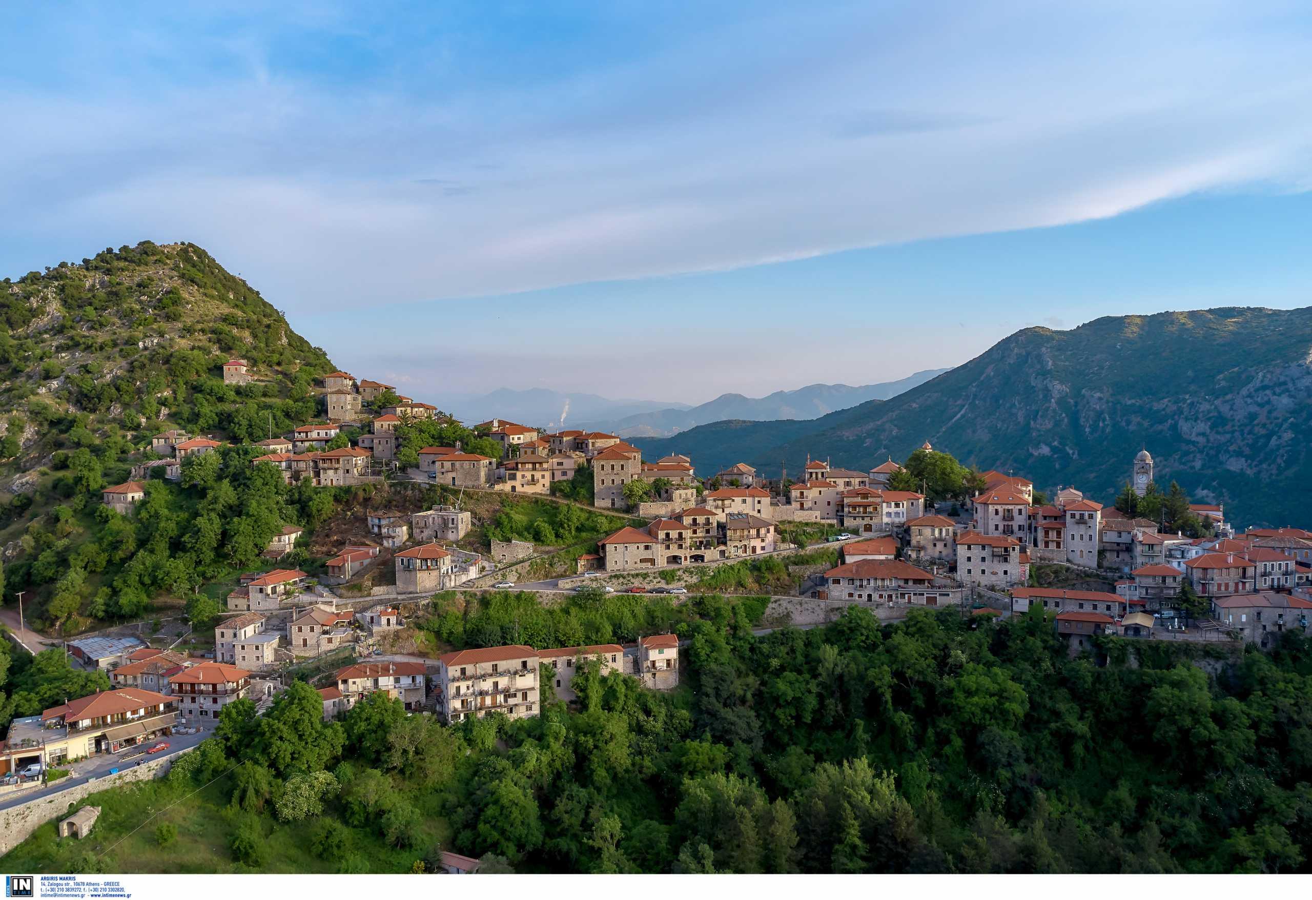 Το ιστορικό ελληνικό χωριό των δύο λόφων και όσα θα δεις στην «πέτρινη αρχόντισσα»