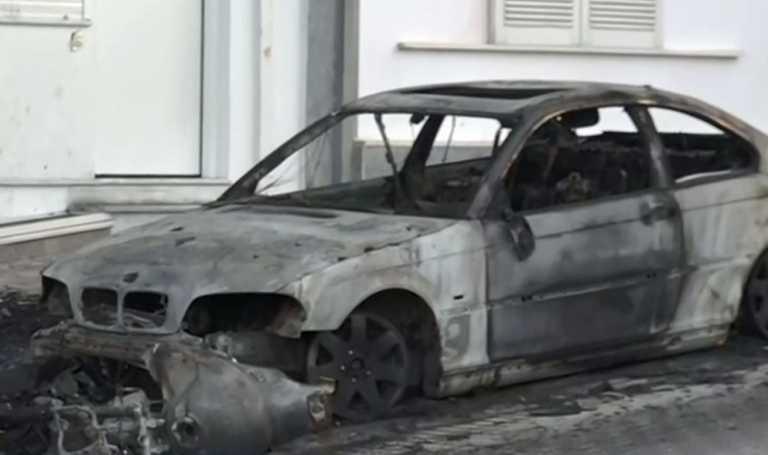 Ηλιούπολη: Έκαψαν το αυτοκίνητο και τη μηχανή του αστυνομικού που κρατούσε και εξέδιδε τη 19χρονη