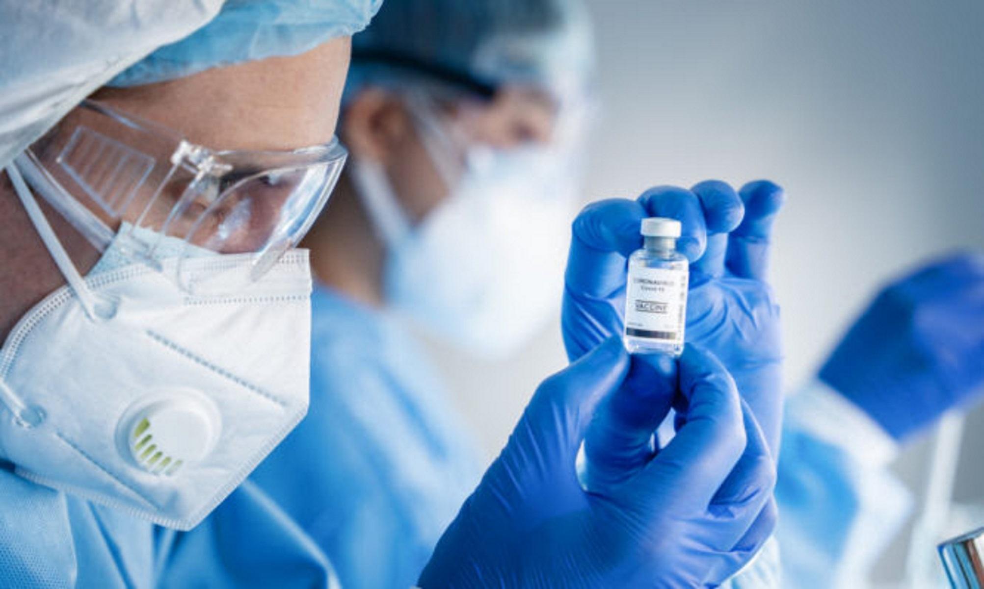 Πανελλήνιος Ιατρικός Σύλλογος: «Άμεσα να ξεκινήσει η τρίτη δόση εμβολίου στους υγειονομικούς»