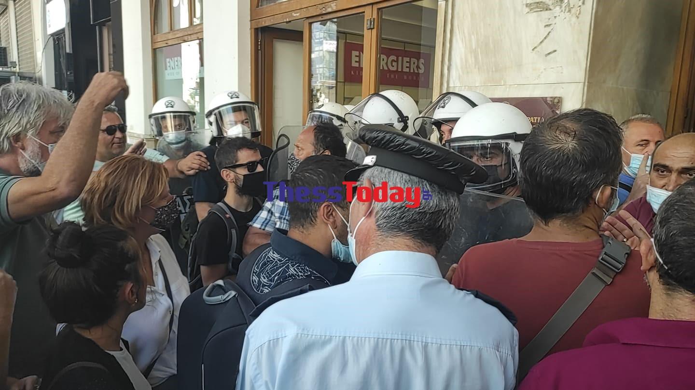 Θεσσαλονίκη: Τα βίντεο της έντασης υγειονομικών με αστυνομικούς στην πορεία διαμαρτυρίας