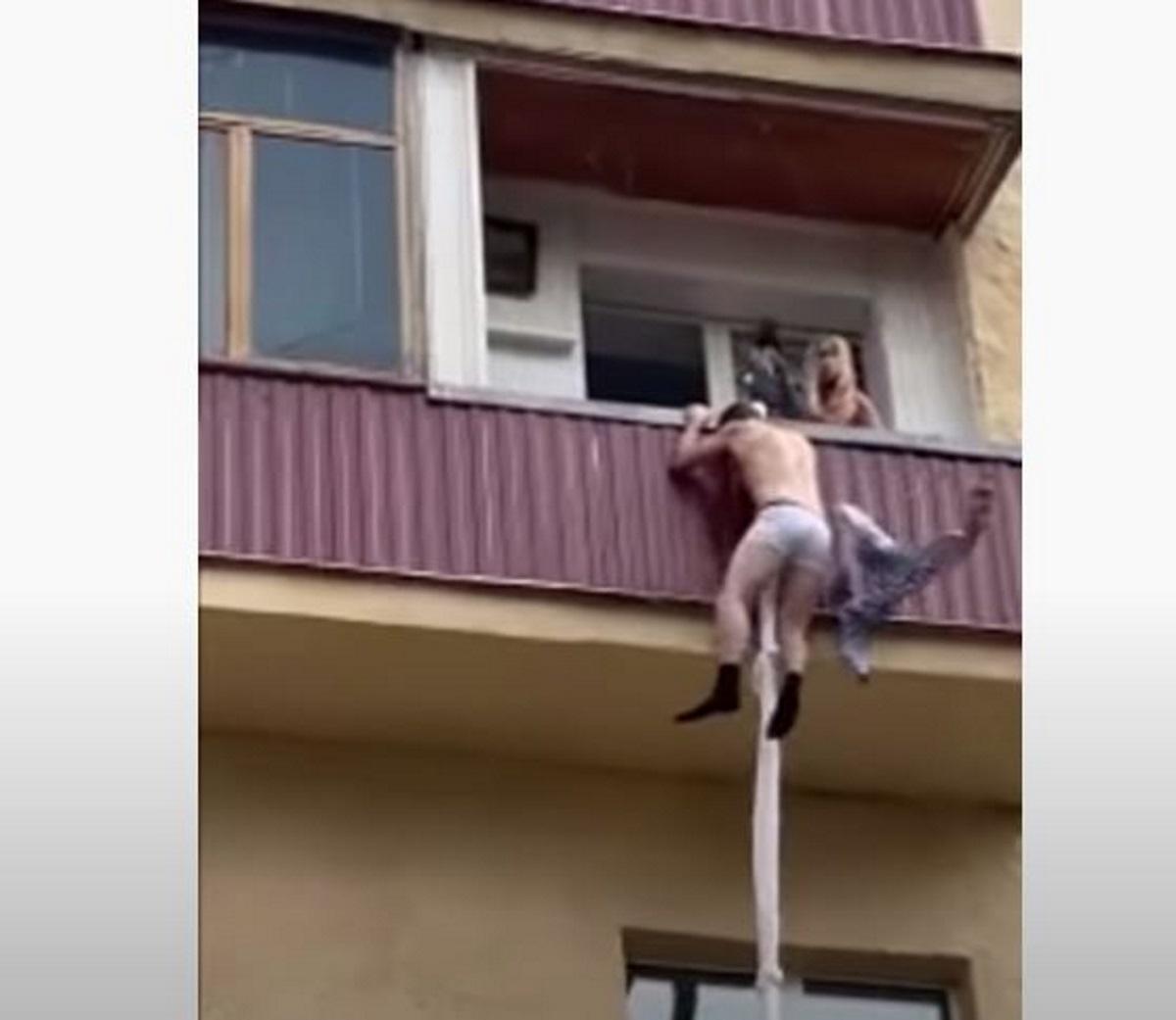 Εραστής «νίντζα»: Κατεβαίνει από το μπαλκόνι για να γλιτώσει από τον απατημένο σύζυγο