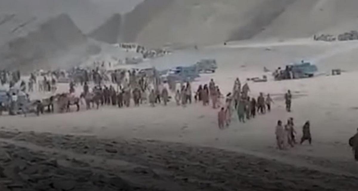 Καραβάνια προσφύγων διασχίζουν έρημο στο Αφγανιστάν για να γλιτώσουν από τους Ταλιμπάν