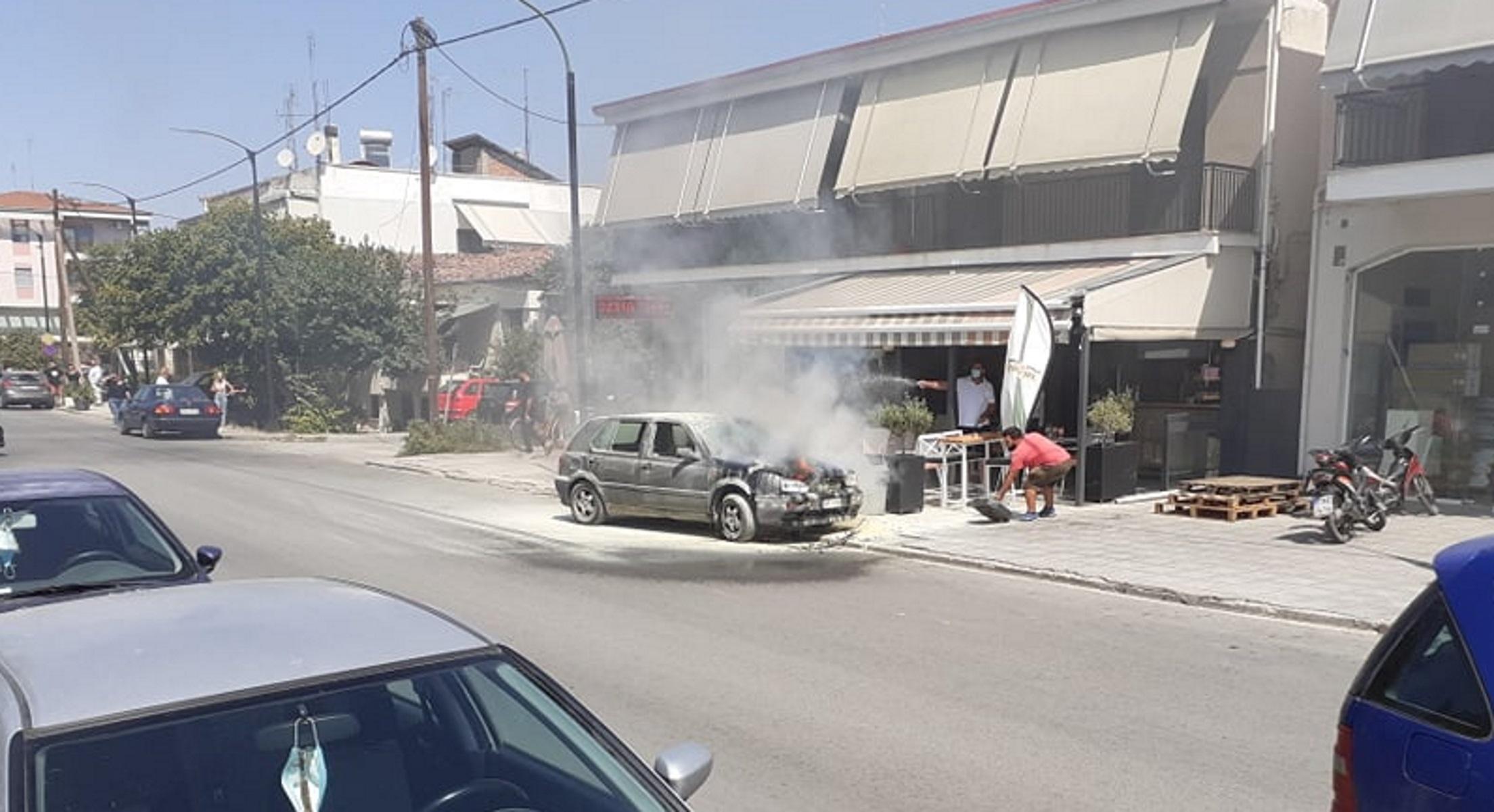 Τρίκαλα: Φλεγόμενο αυτοκίνητο απέναντι από το νοσοκομείο – Συναγερμός στην πυροσβεστική