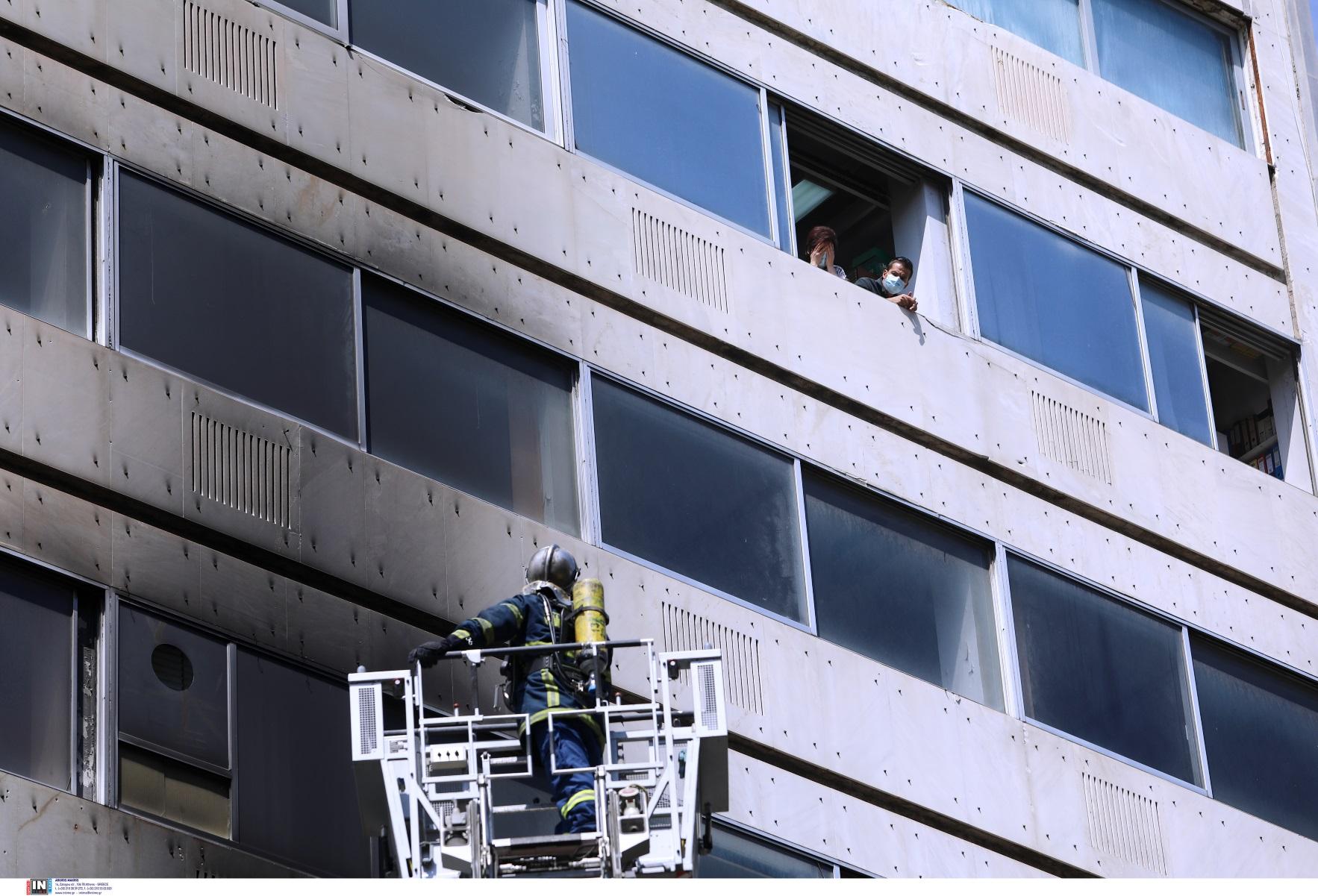 Φωτιά στην 3ης Σεπτεμβρίου: Απεγκλωβίστηκαν τρεις υπάλληλοι ασφαλιστικής εταιρίας