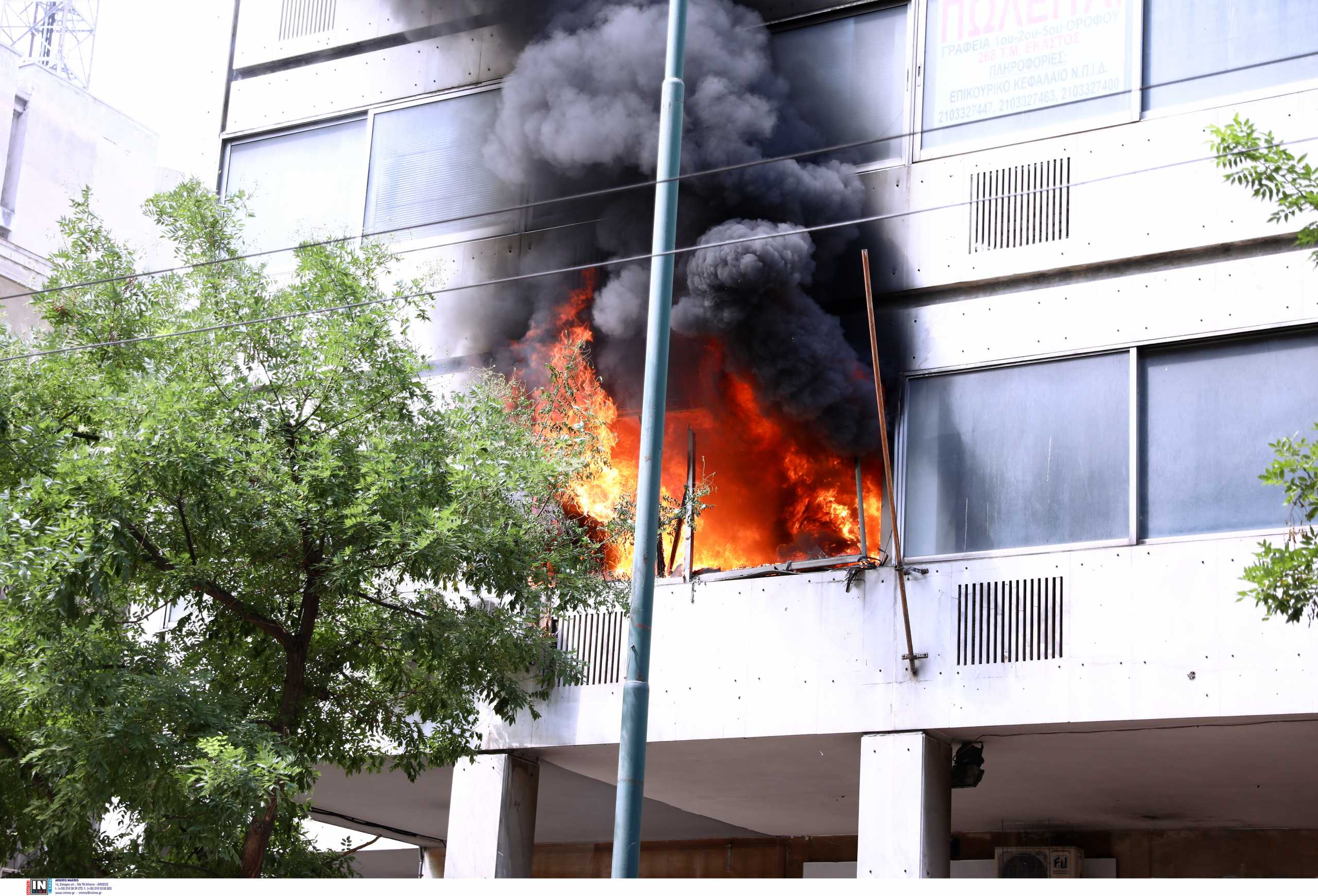 Φωτιά τώρα σε κτίριο κοντά στο υπουργείο Υγείας