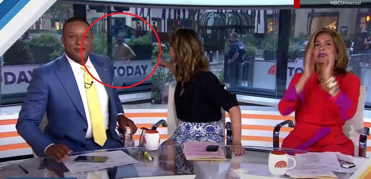 Γυμνός άνδρας πέρασε σε live πρωινής εκπομπής