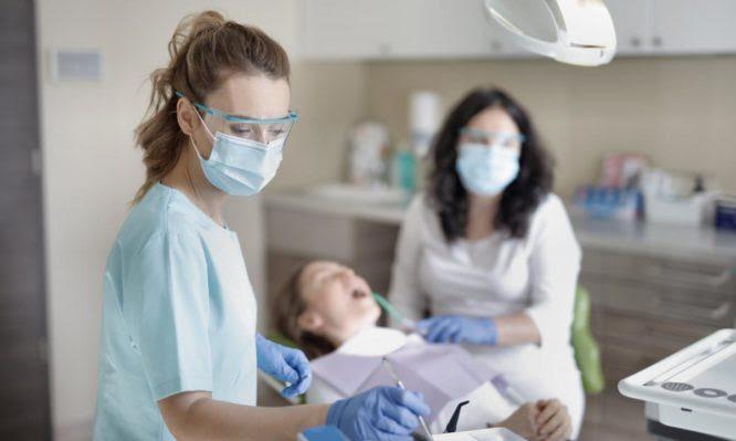 Ψηφίστηκε ο νόμος για τα υποχρεωτικά τεστ κορονοϊού στα οδοντιατρεία – Δείτε τι ισχύει