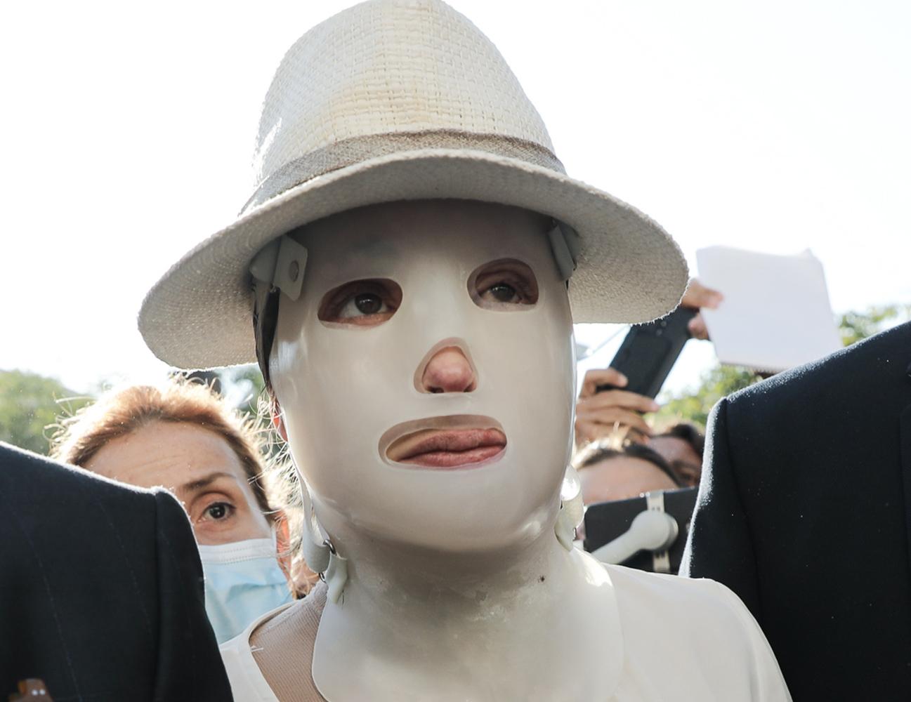 Επίθεση με βιτριόλι: Έφτασε στο δικαστήριο η Ιωάννα Παλιοσπύρου