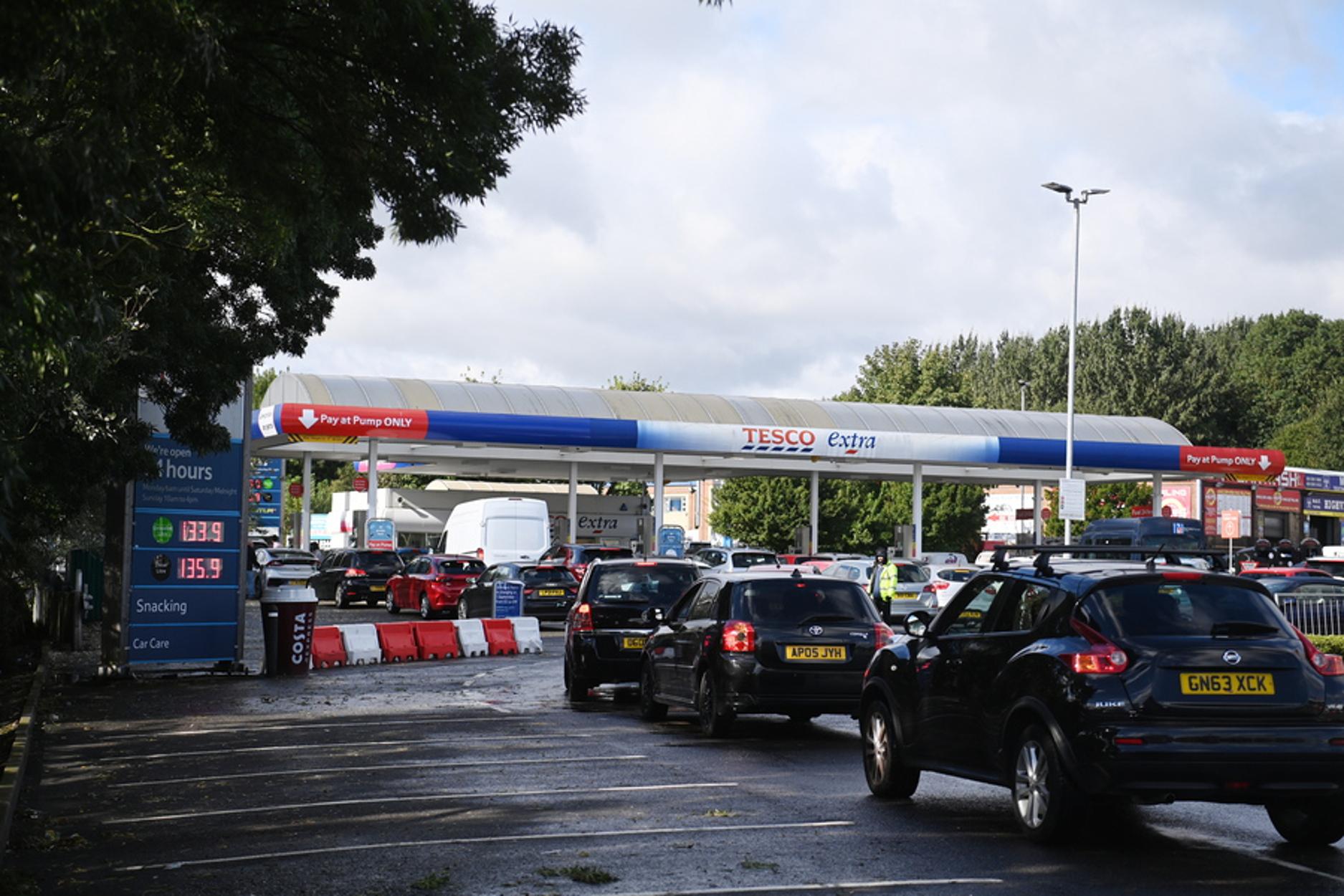 Βρετανία – καύσιμα: Εργαζόμενοι πρώτης γραμμής ζητούν να εξυπηρετούνται πρώτοι στα βενζινάδικα